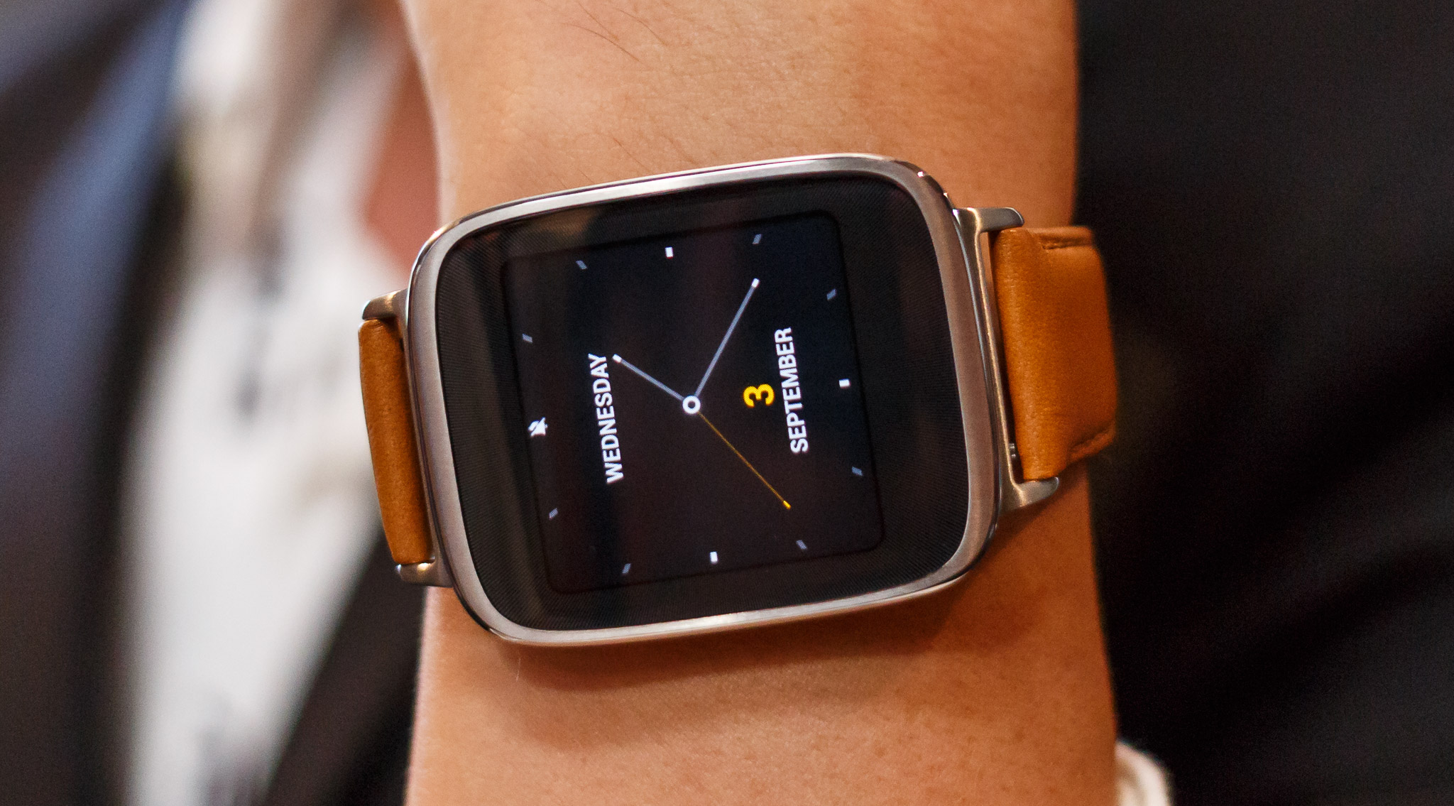 The Asus ZenWatch's screen can show the time, notifications, navigation instructions, music player controls, heart rate information, and more.