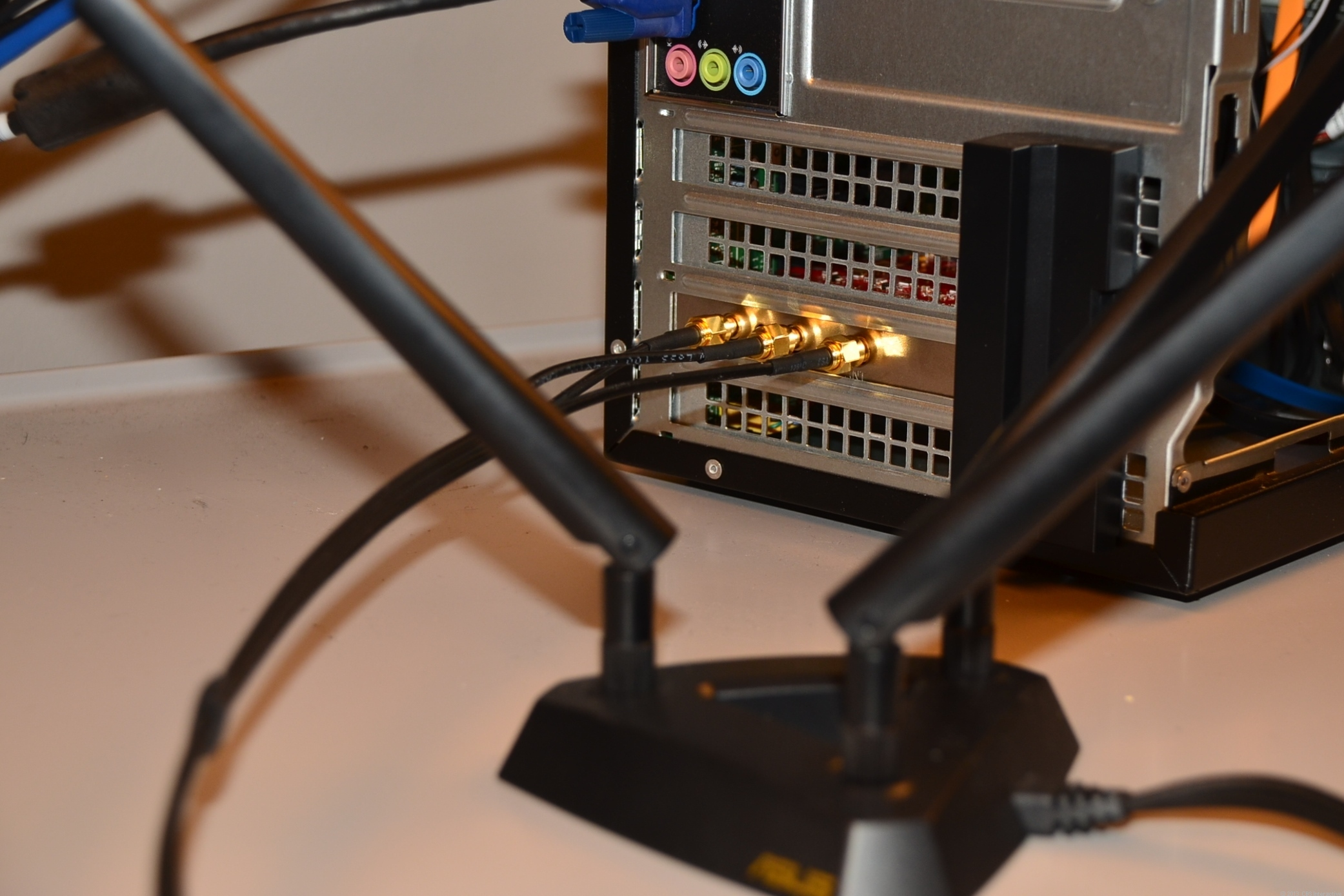 The PCE-AC66 installed on a desktop with its magnetic antenna base.
