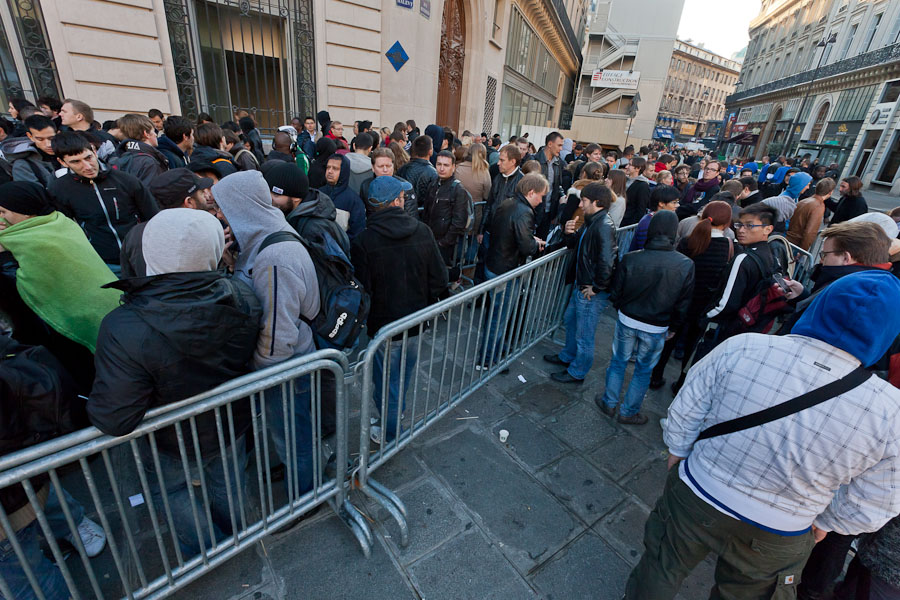 Hundreds of people lined up in front of Apple's store near Paris's opera house to buy an iPhone 4S.