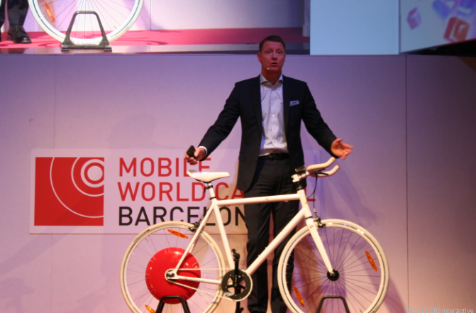 Ericsson CEO Hans Vestberg shows off a connected bike at MWC 2012.
