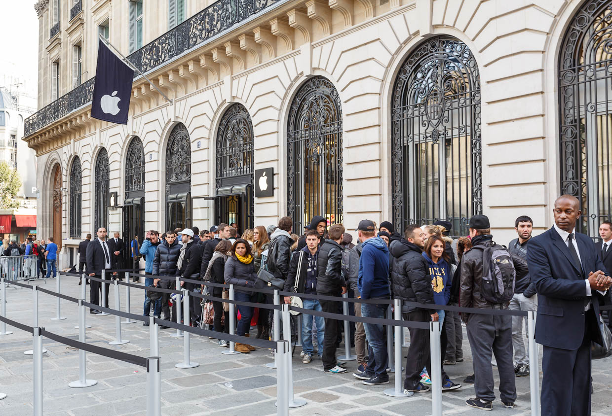 "Just before the door to the Apple store is the home stretch for several hundred people who came to <a href=""http://news.cnet.com/8301-13579_3-57517504-37/apple-fans-and-critics-converge-in-paris-for-iphone-5/"">buy an iPhone 5 at the Paris Apple store</a>."