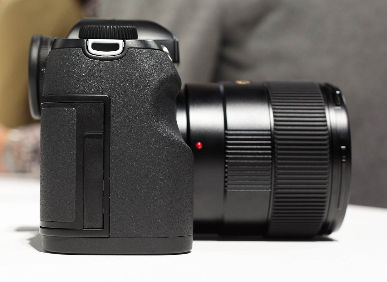 The right side of the Leica S features its flash card slot.