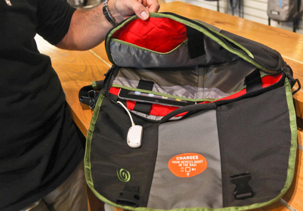 2012_Timbuk2_Factory_xx_Joey_1_dongle_reach_620x433.jpg