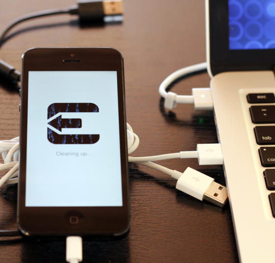 Jailbreaking an iPhone with the help of Evasi0n.