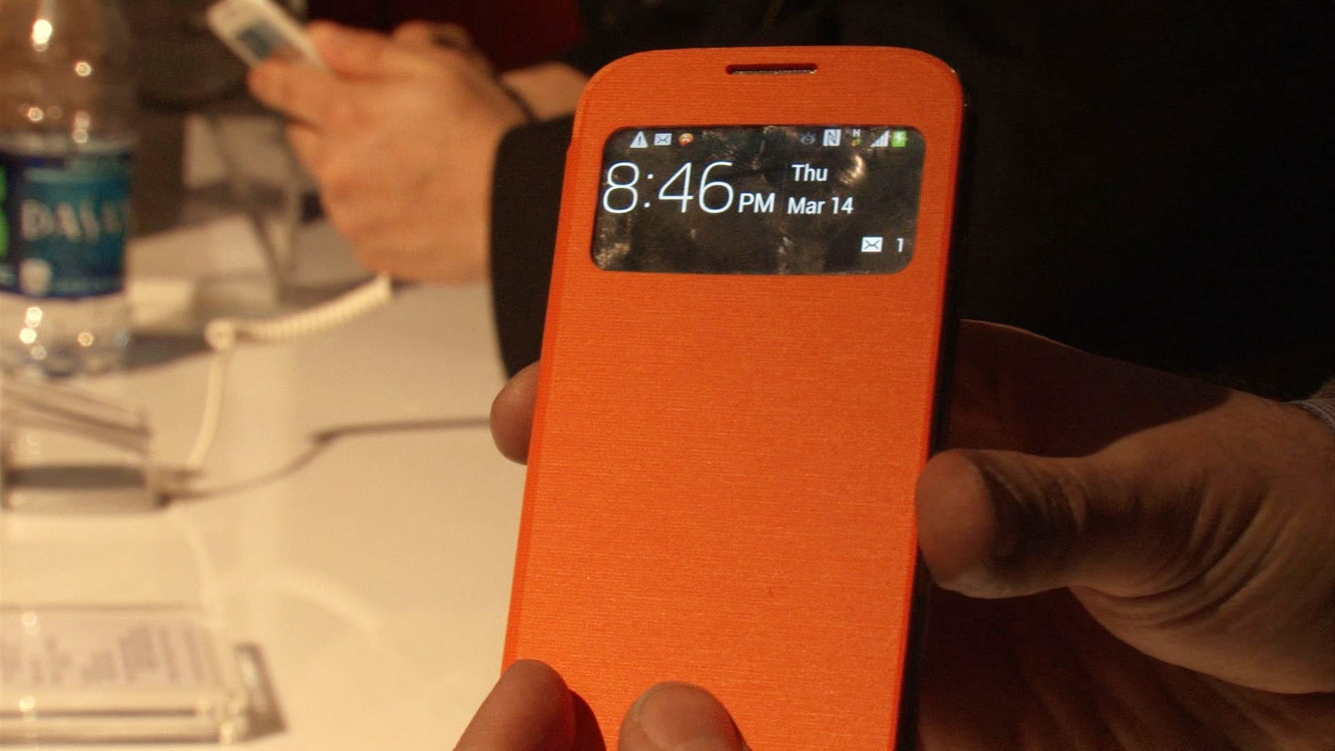 Video: Samsung's S View cover lets you peek at your Galaxy S4