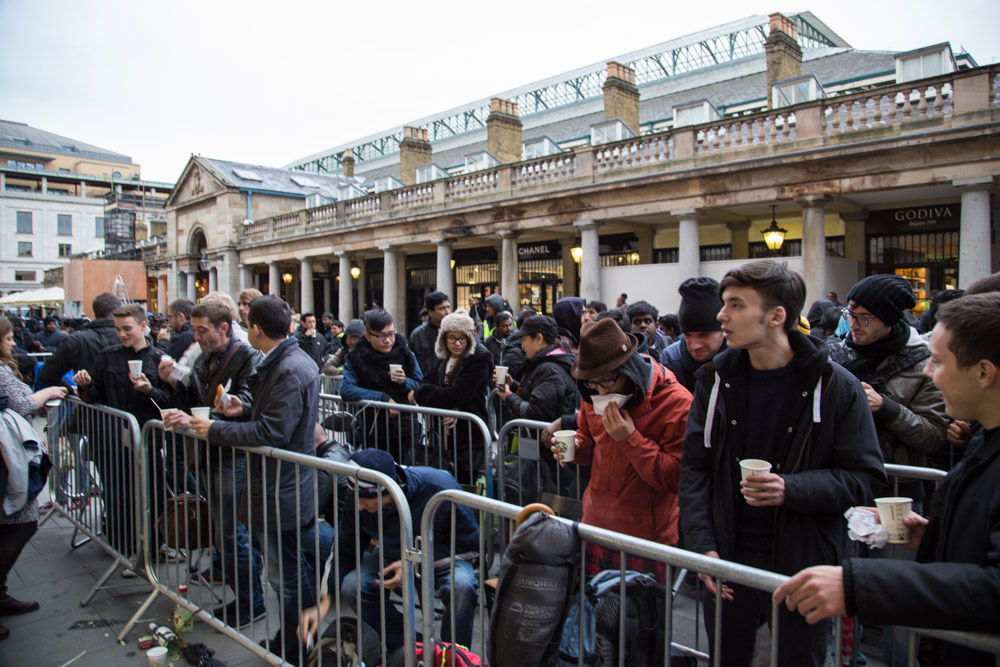 Thirsty queuers outside Apple's flagship London store in Covent Garden enjoy complimentary coffees.