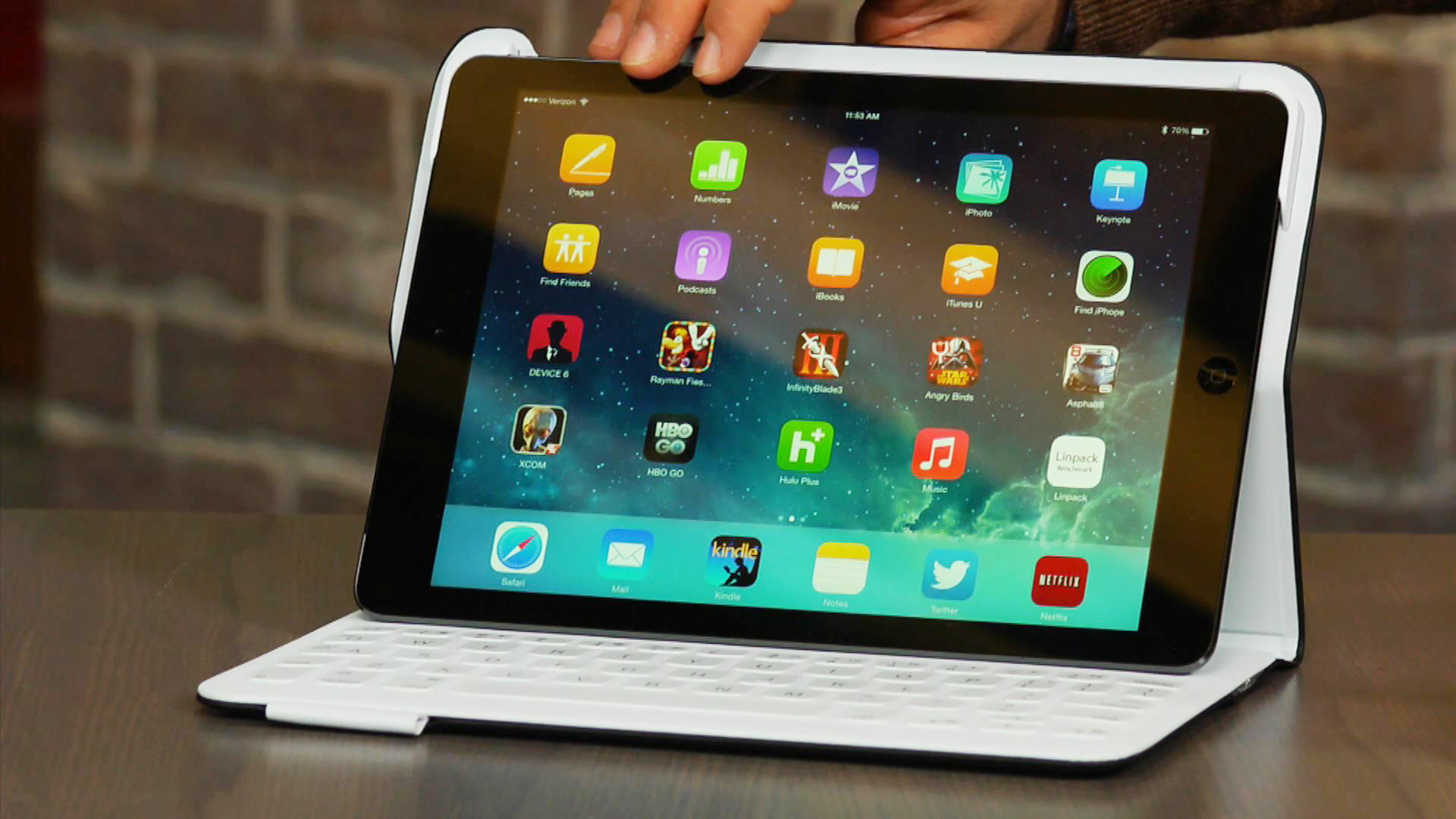 Video: Logitech Fabricskin Keyboard Folio for iPad Air a pricey way to add a spill-resistant keyboard