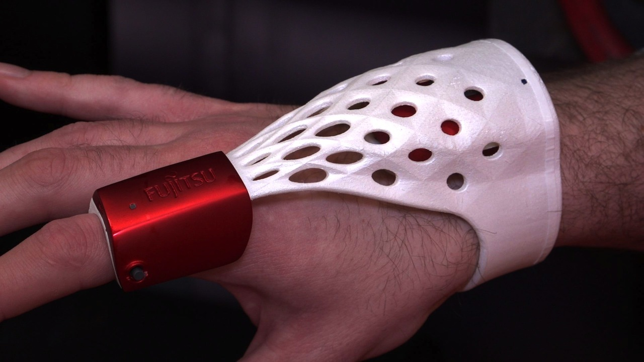 Video: Fujitsu smart glove works smarter, not harder