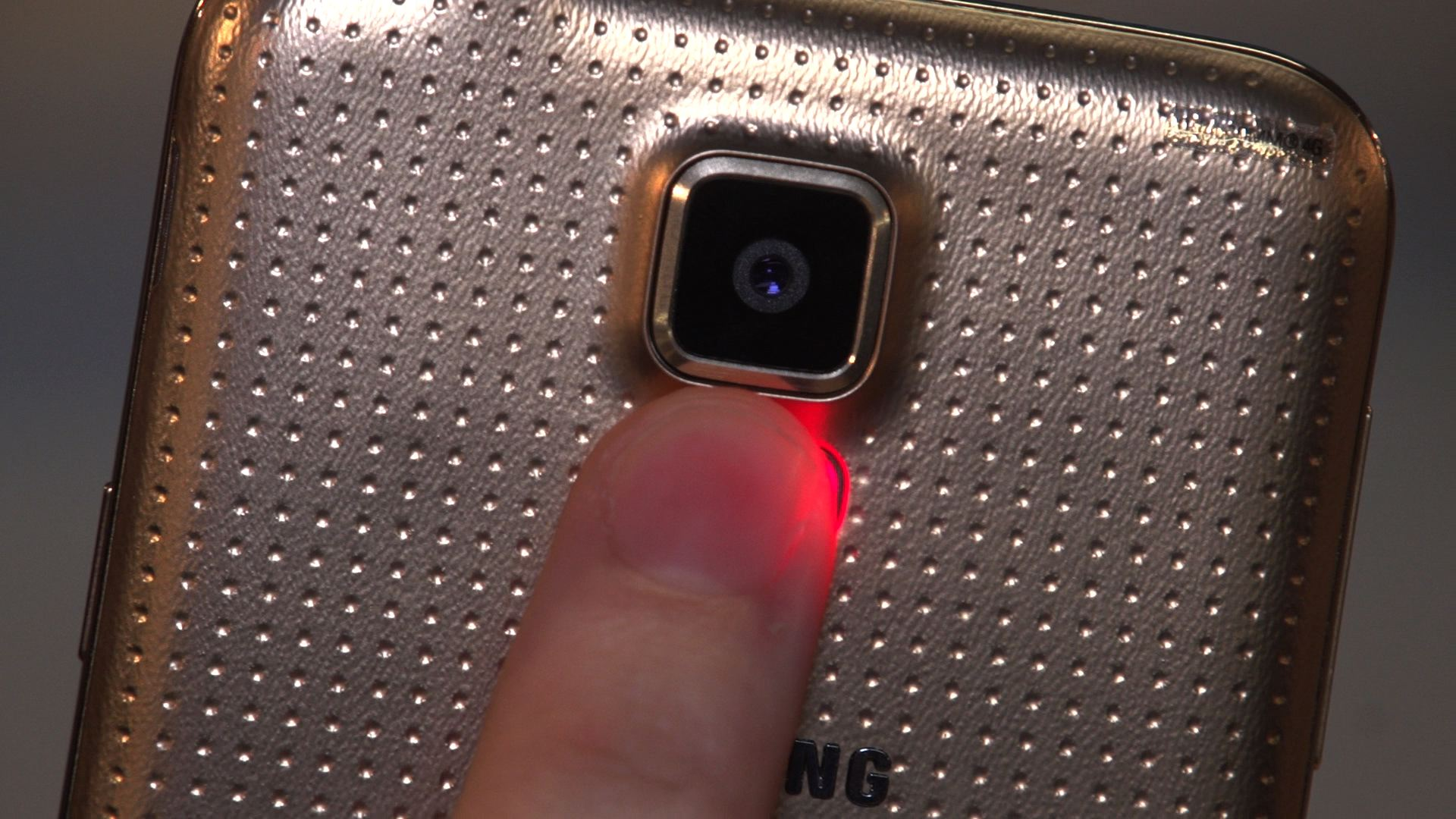 Video: Galaxy S5 fingerprint scanner and heart rate monitor explained