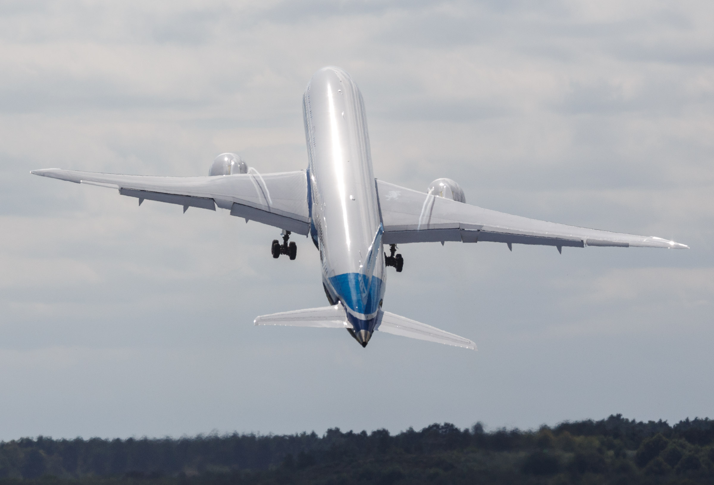 Boeing's 787-9 taking off at the Farnborough International Airshow.