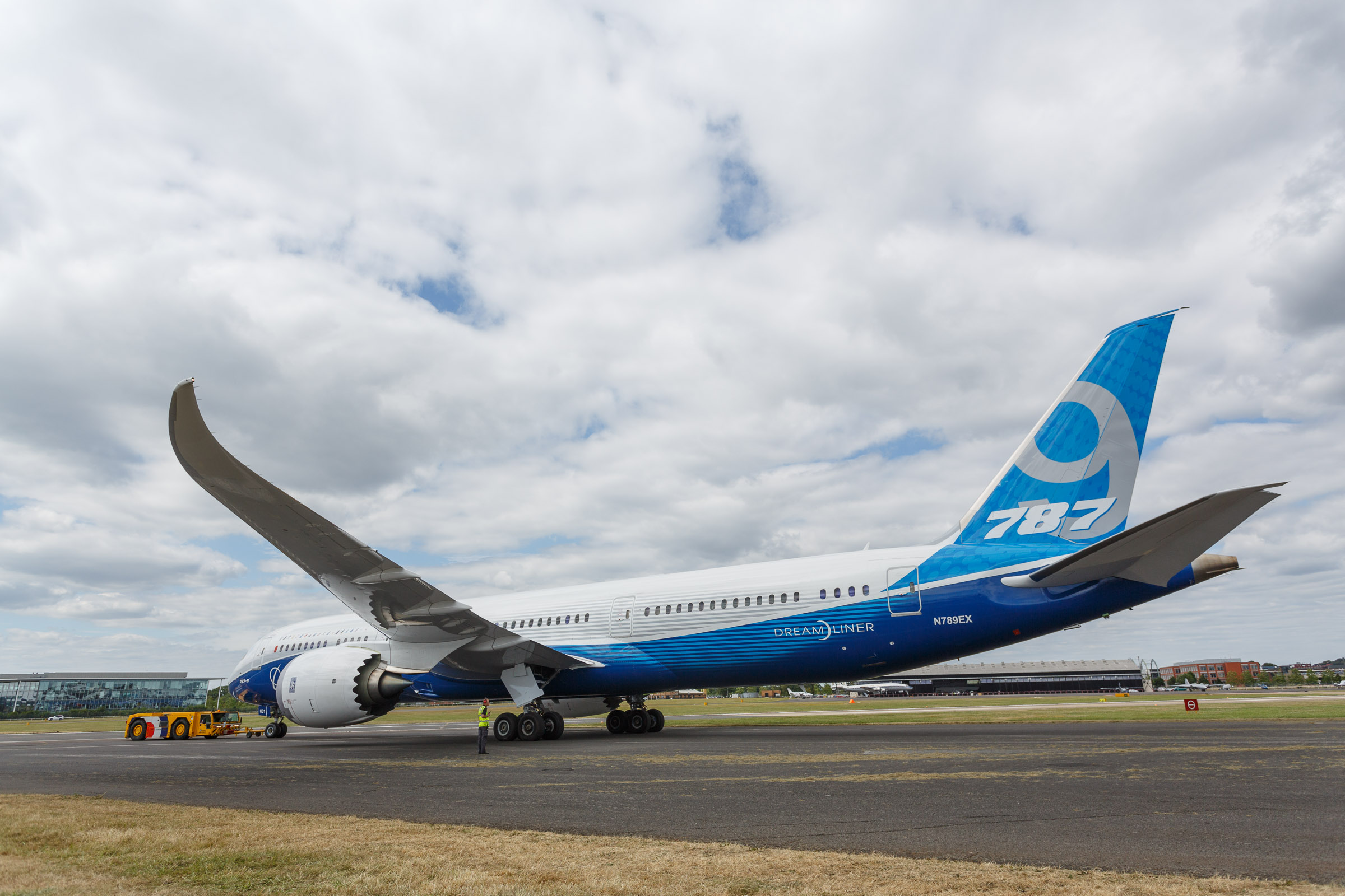 20140714-b​The Boeing 787-9 is towed out onto the tarmac.oeing-787-9-dreamliner-farnborough-001.jpg