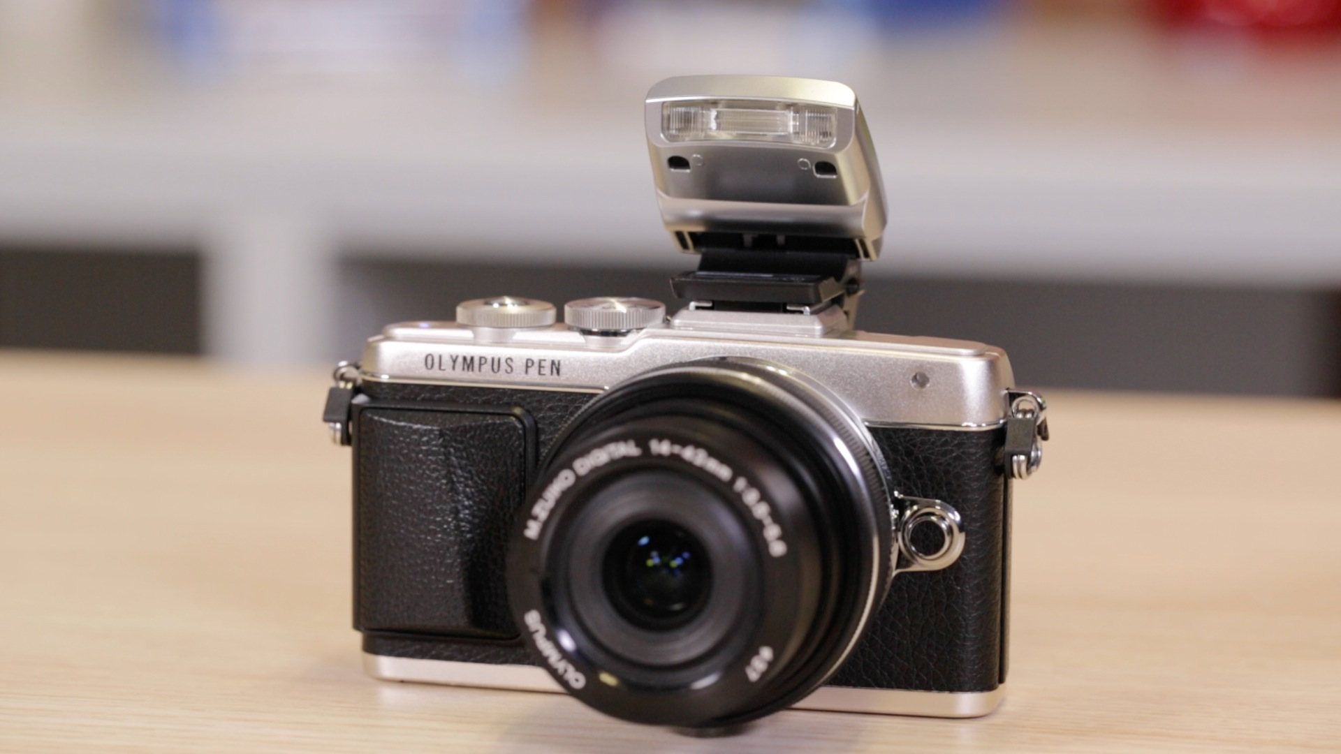 Video: Olympus Pen E-PL7 is ready for a selfie