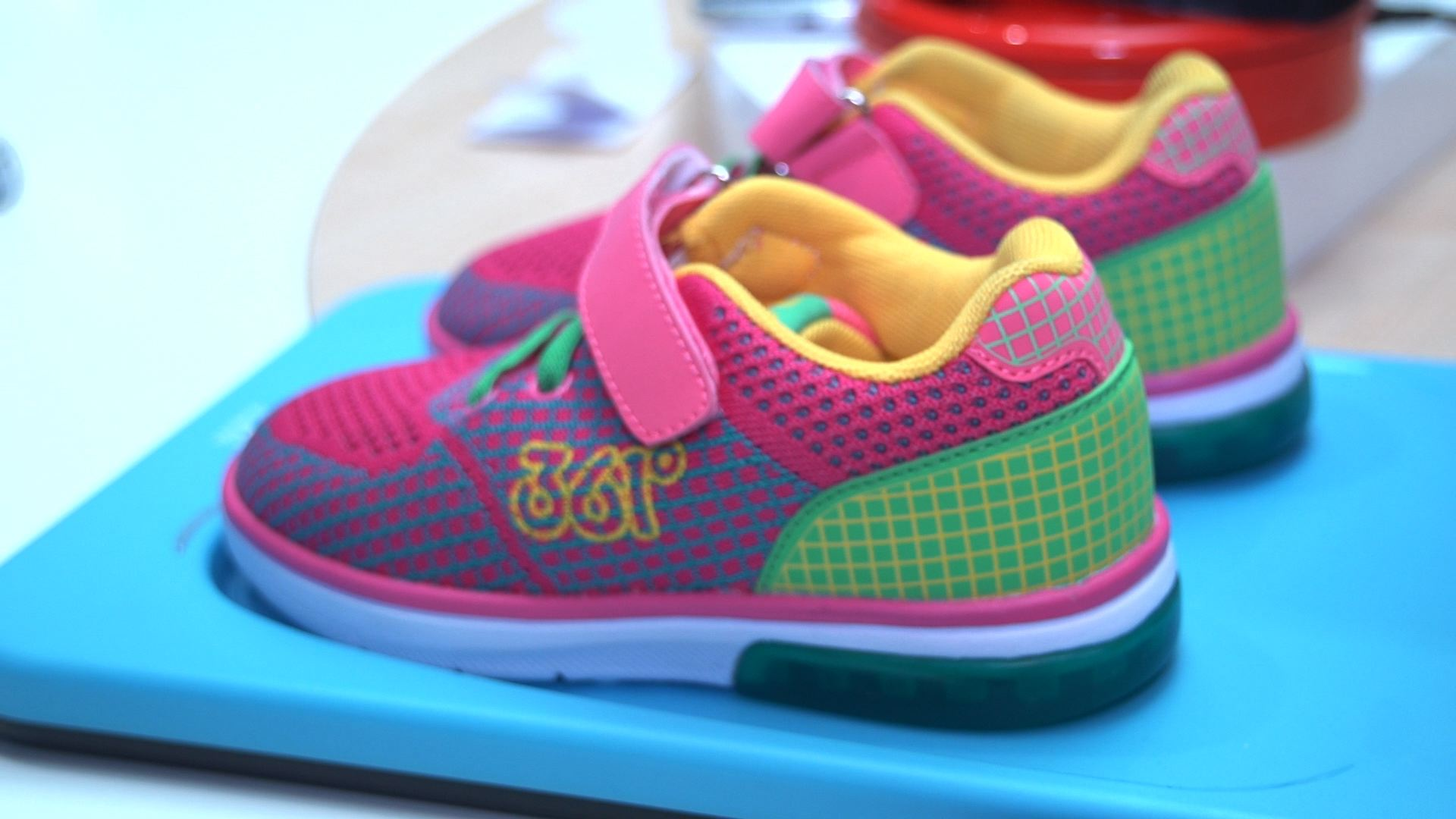 Video: These smart shoes track your kid's location