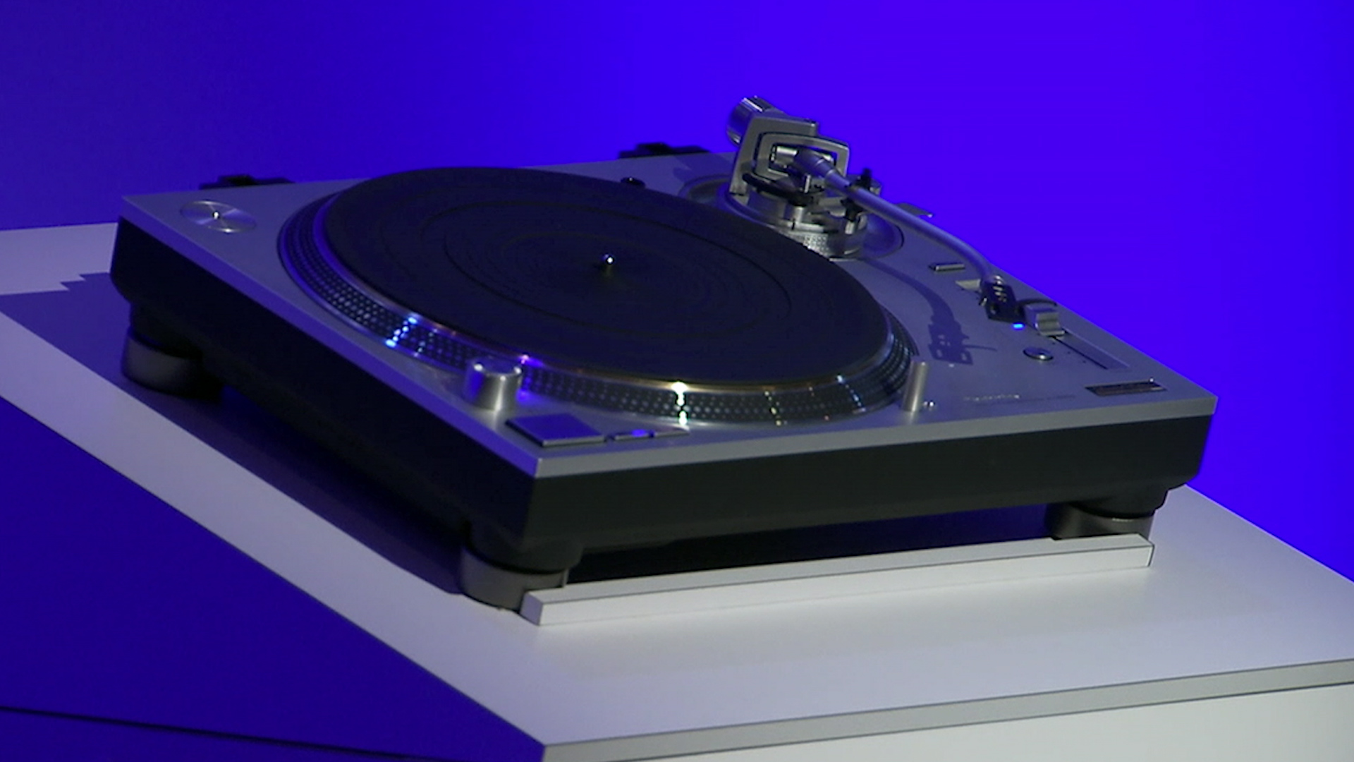 Video: Panasonic builds high-tech turntable for vinyl fans