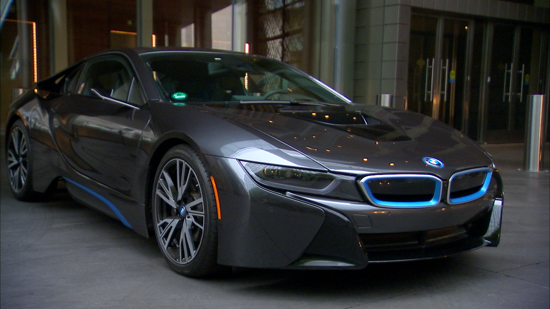 Video: Lacking mirrors, BMW i8 gives clear rear views