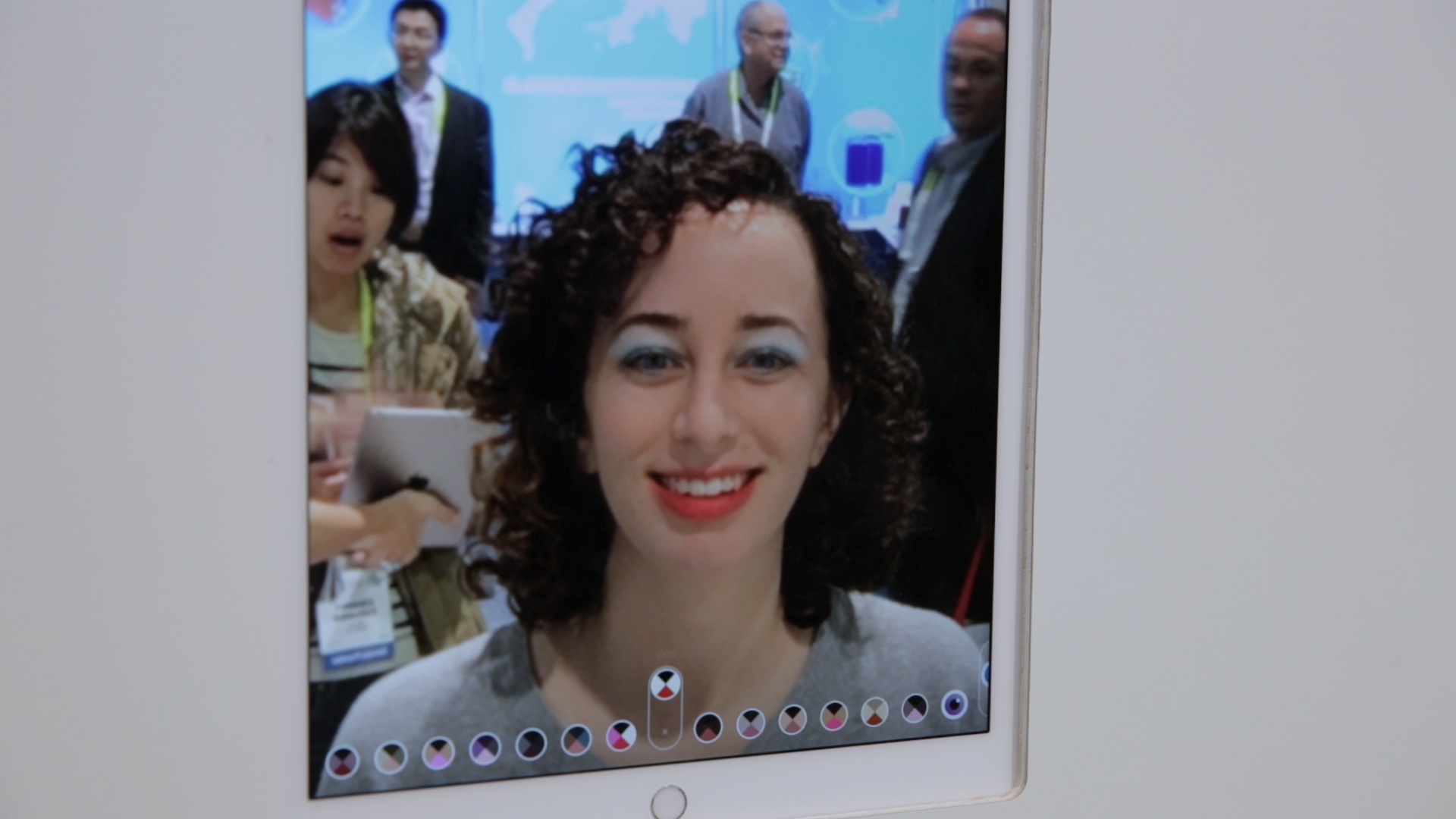 Video: Get a makeover! This virtual makeup mirror changes up your look