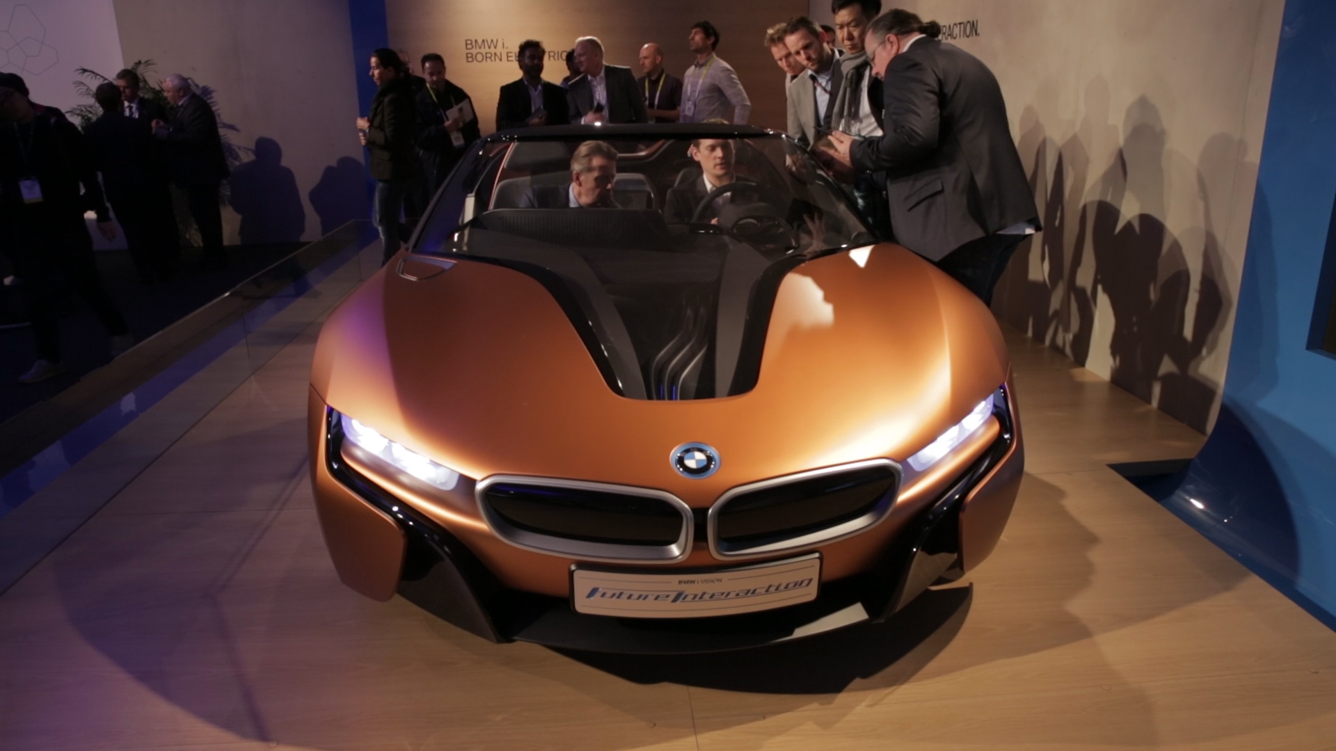 Video: BMW shows hand-wave controlled parking, dashboard