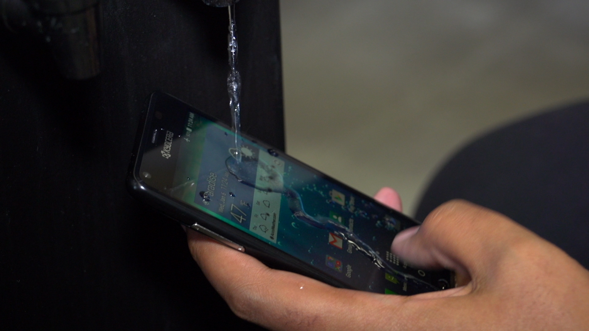 Video: Wet hands are no problem with the Kyocera Hydro View