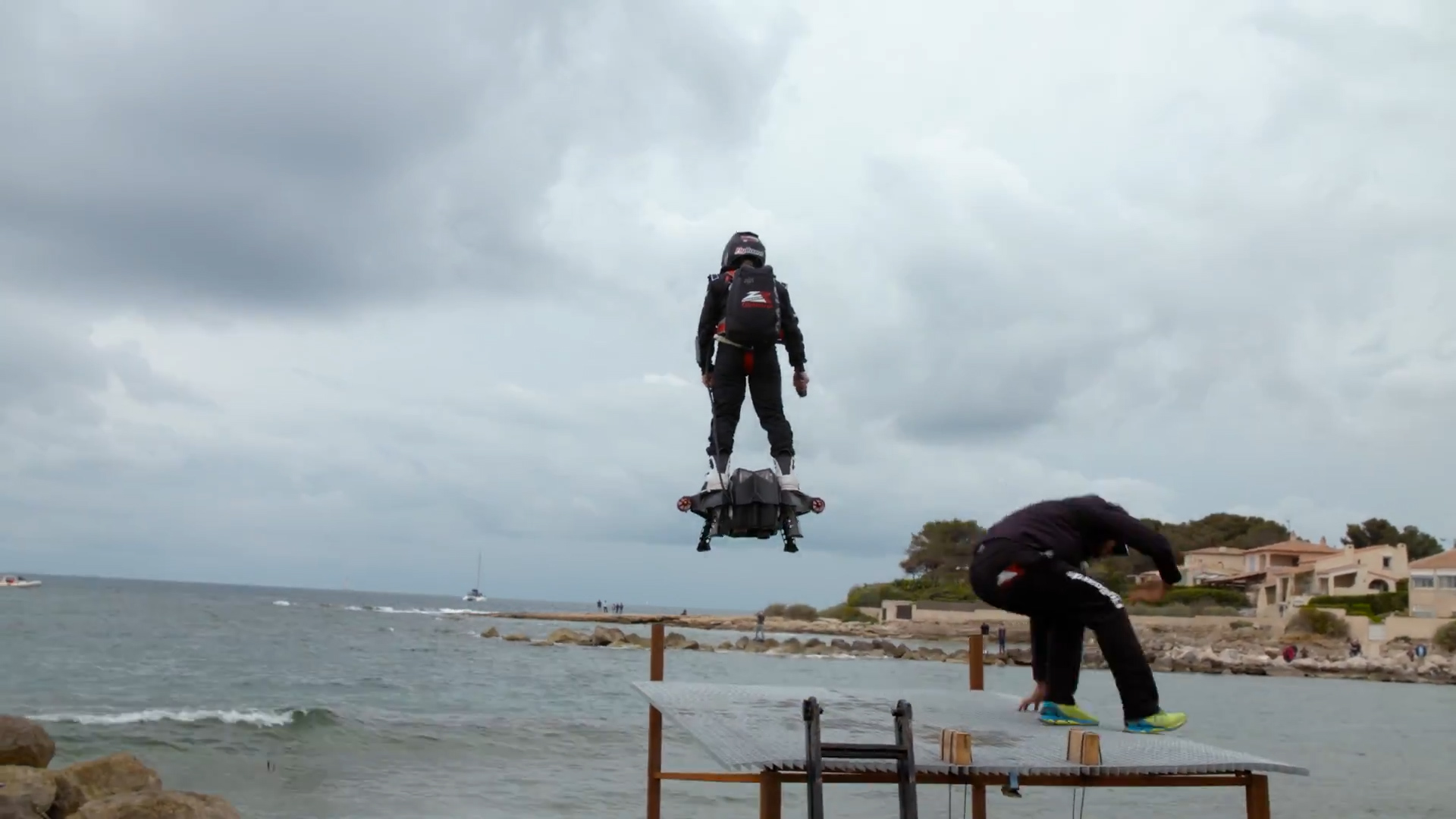 Video: Hoverboard flight breaks world record