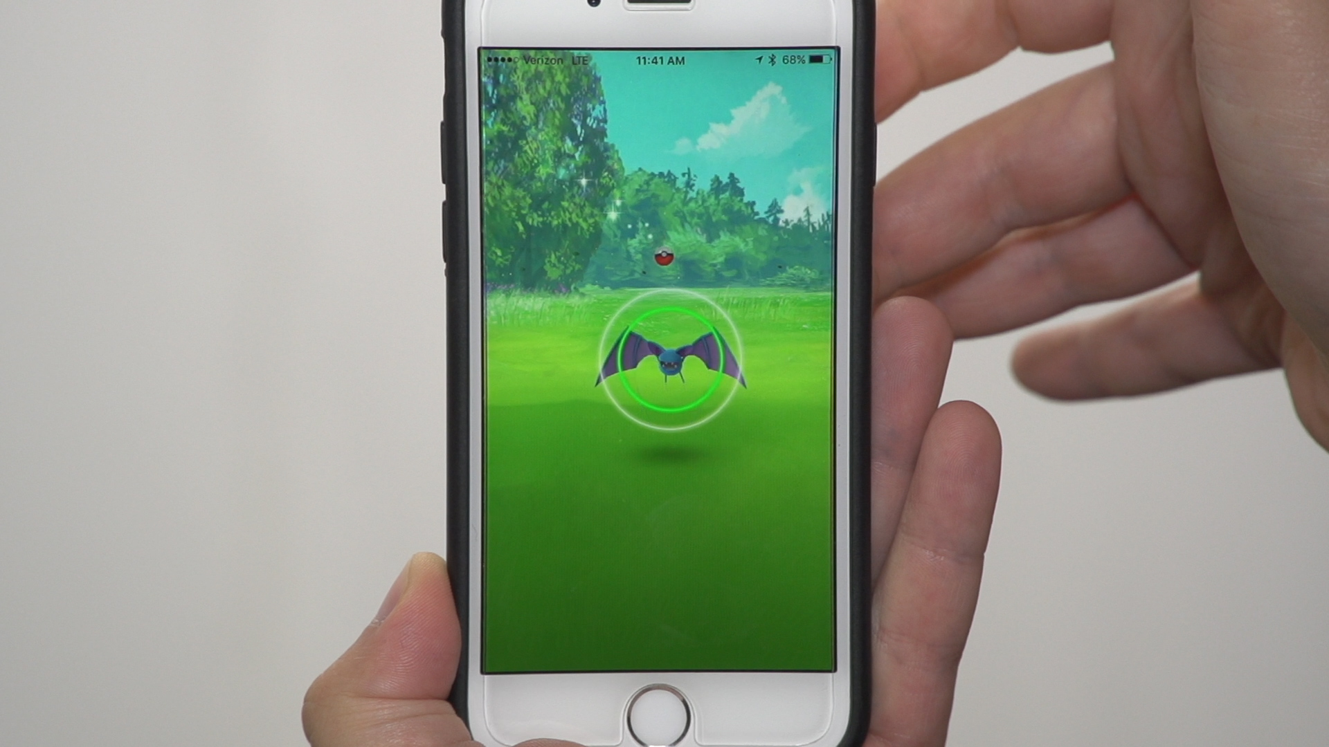 Video: How to throw a Pokeball in Pokemon Go
