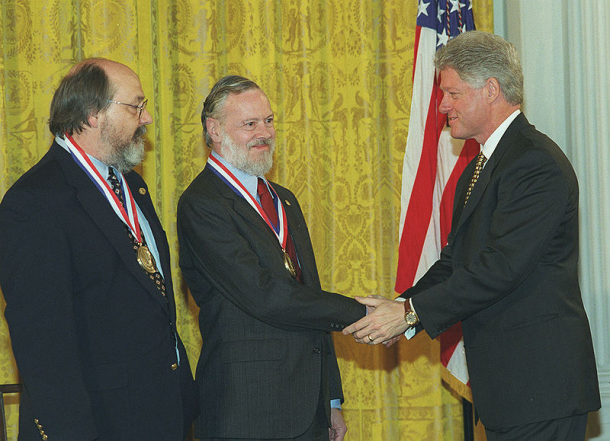 Dennis Ritchie (center) and Ken Thompson receiving the National Medal of Technology from President Clinton in 1999.