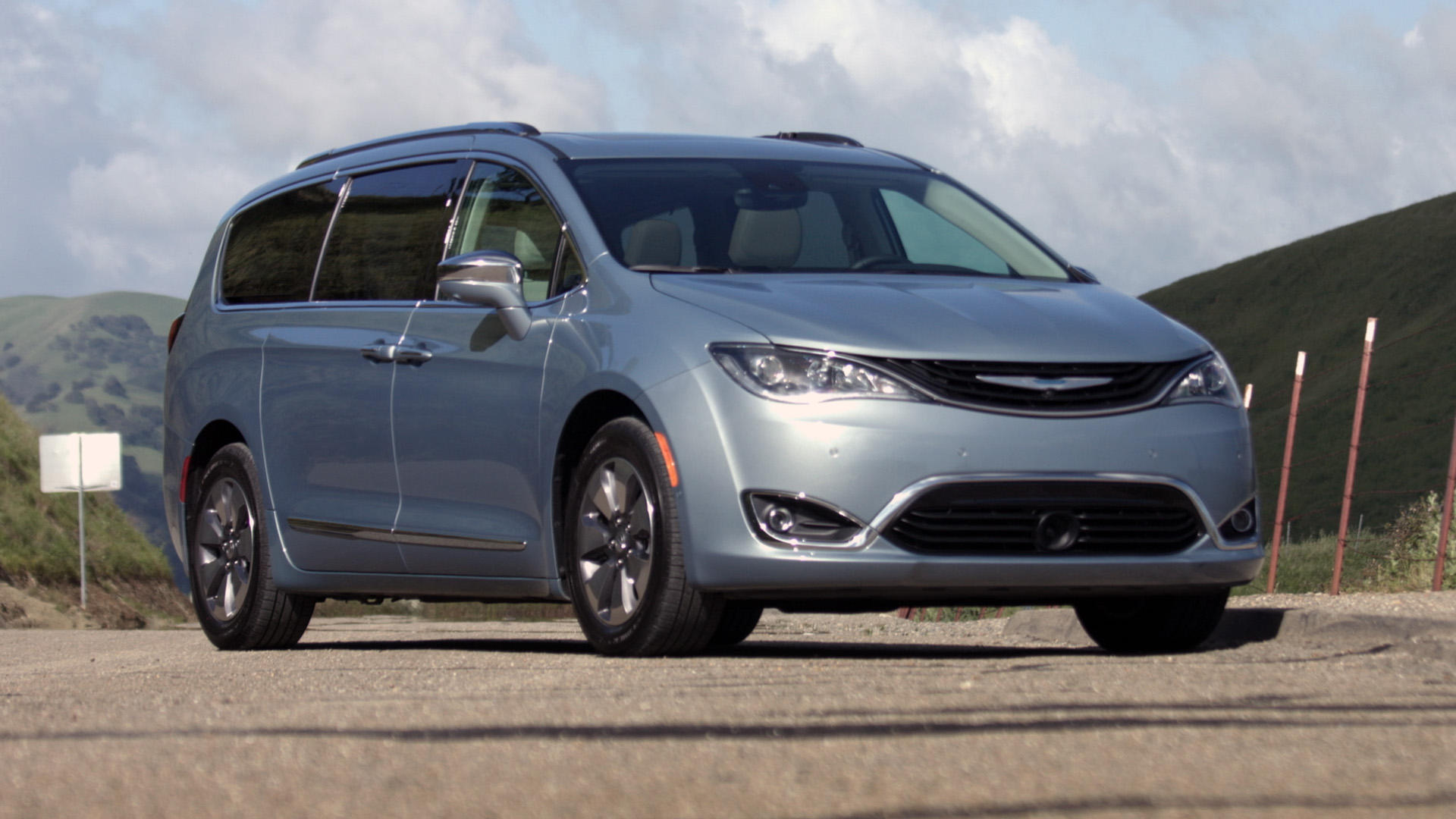Video: 2017 Chrysler Pacifica plug-in hybrid