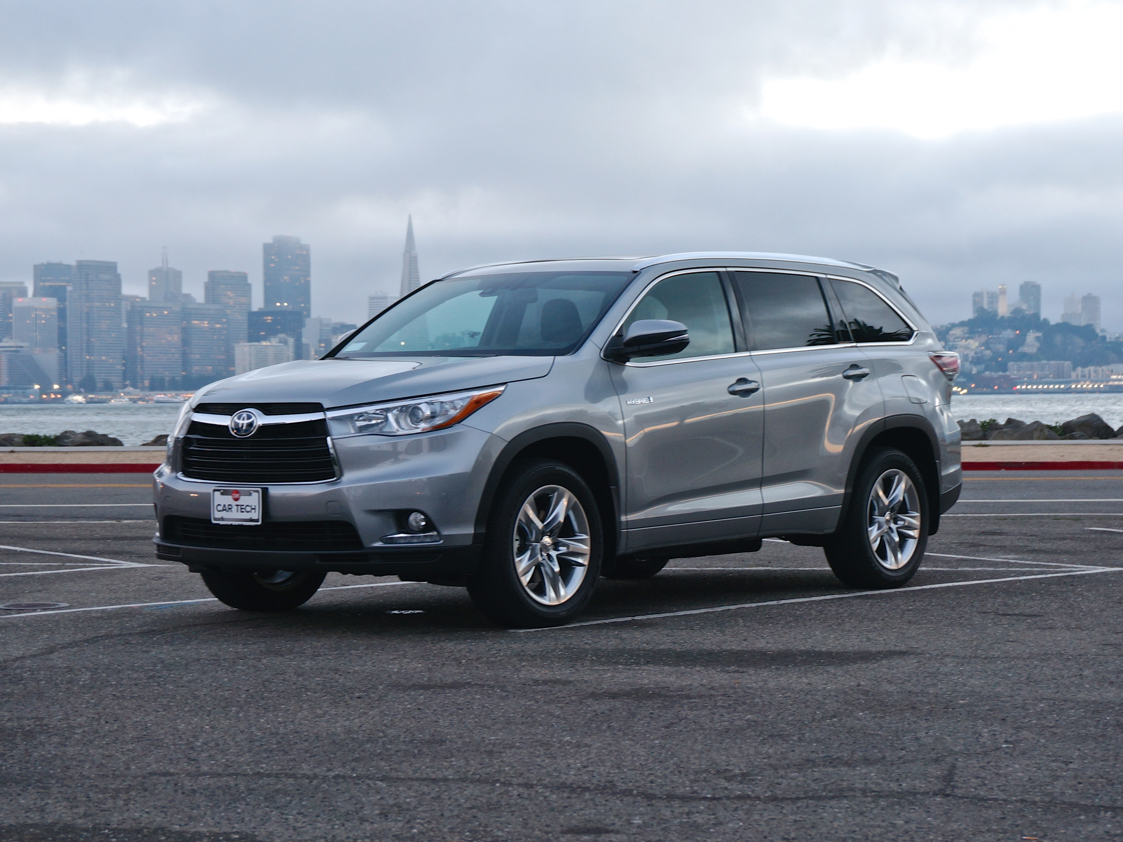 2014 Toyota Highlander Hybrid scores on fuel efficiency