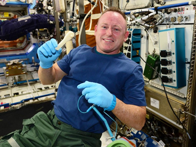 barry-butch-wilmore-with-his-3d-printed-ratcheting-socket-wrench.jpg