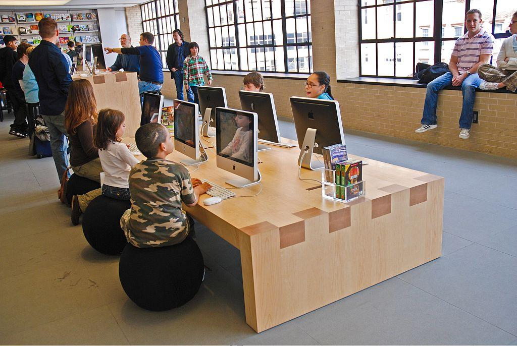 USA - New York City: children at the Apple Retail Store at Fifth Avenue