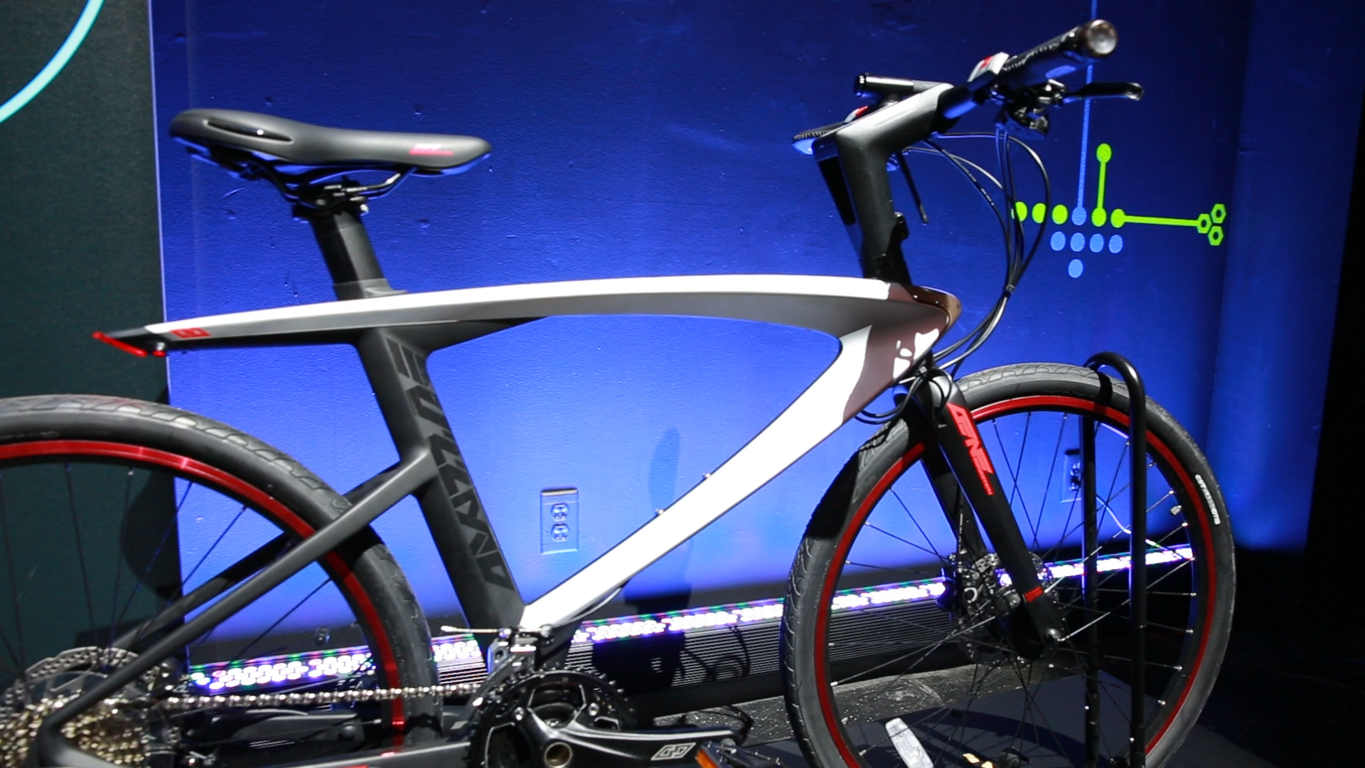 Video: Lasers and a computer set LeEco's Super Bike apart