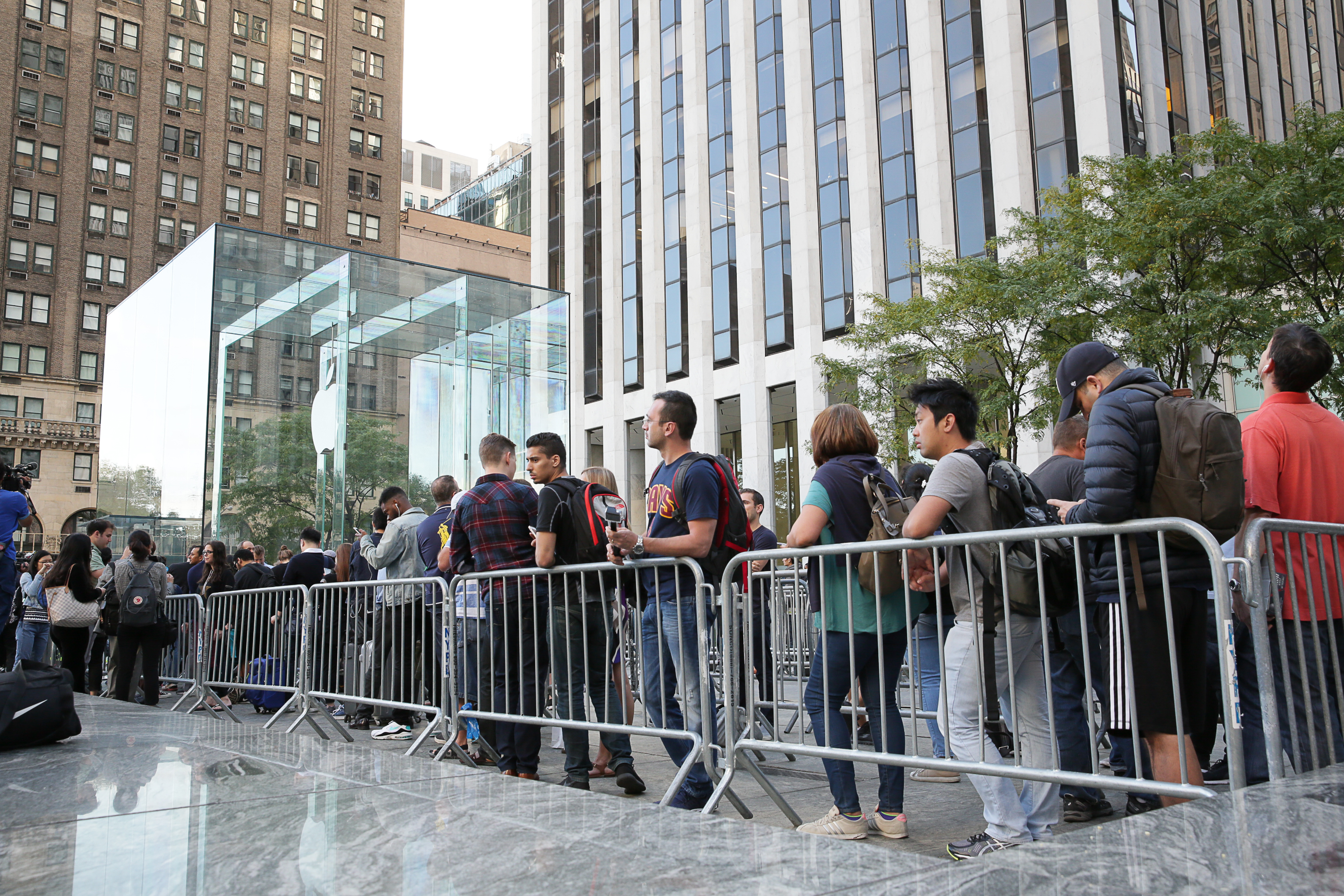 iphone-7-nyc-launch-day-cube-01.jpg