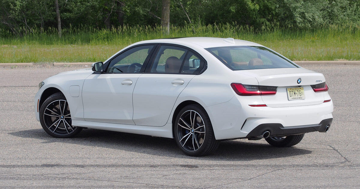 2021 BMW 330e review: A foot in each camp     - Roadshow