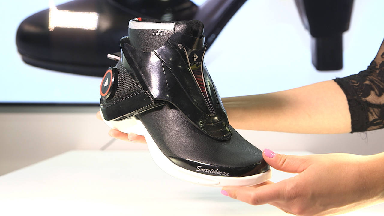 Video: Self-lacing shoes that also keep your feet warm