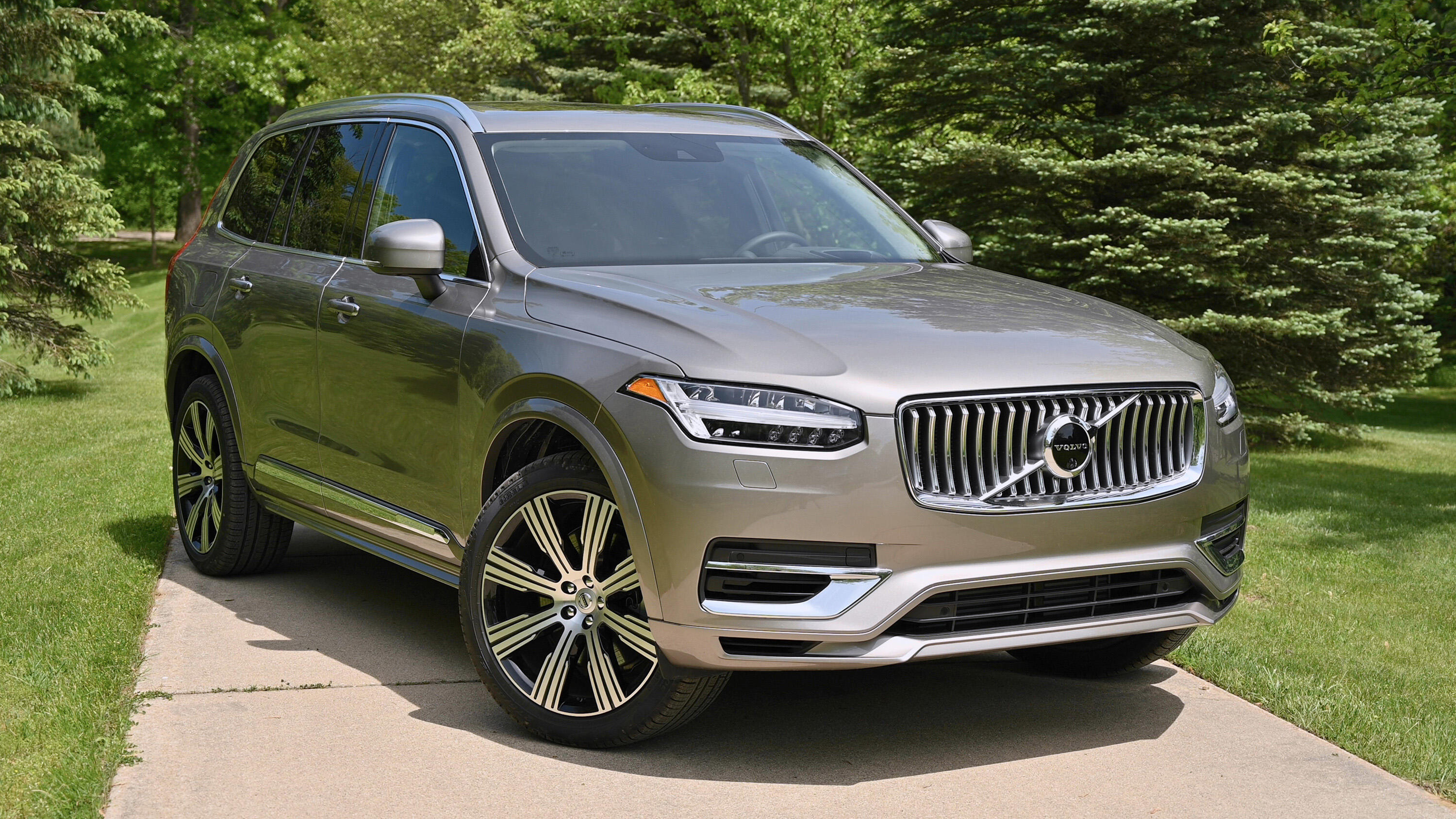 Video: 2020 Volvo XC90 T8 eAWD: A smooth and luxurious plug-in hybrid SUV video