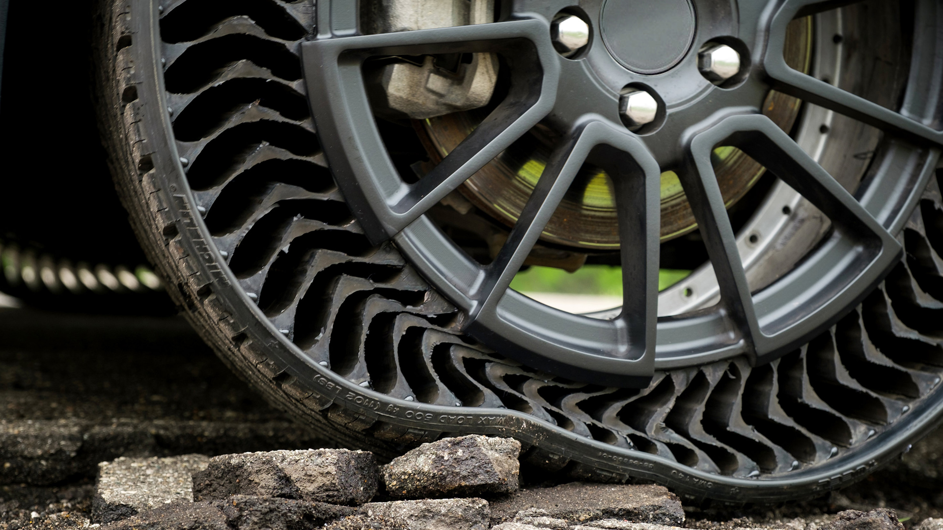 Video: See what Michelin uses instead of air in its Uptis tires