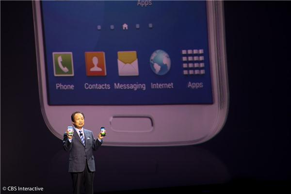 Samsung's JK Shin, the head of Mobile Communications shows off the Galaxy S4.