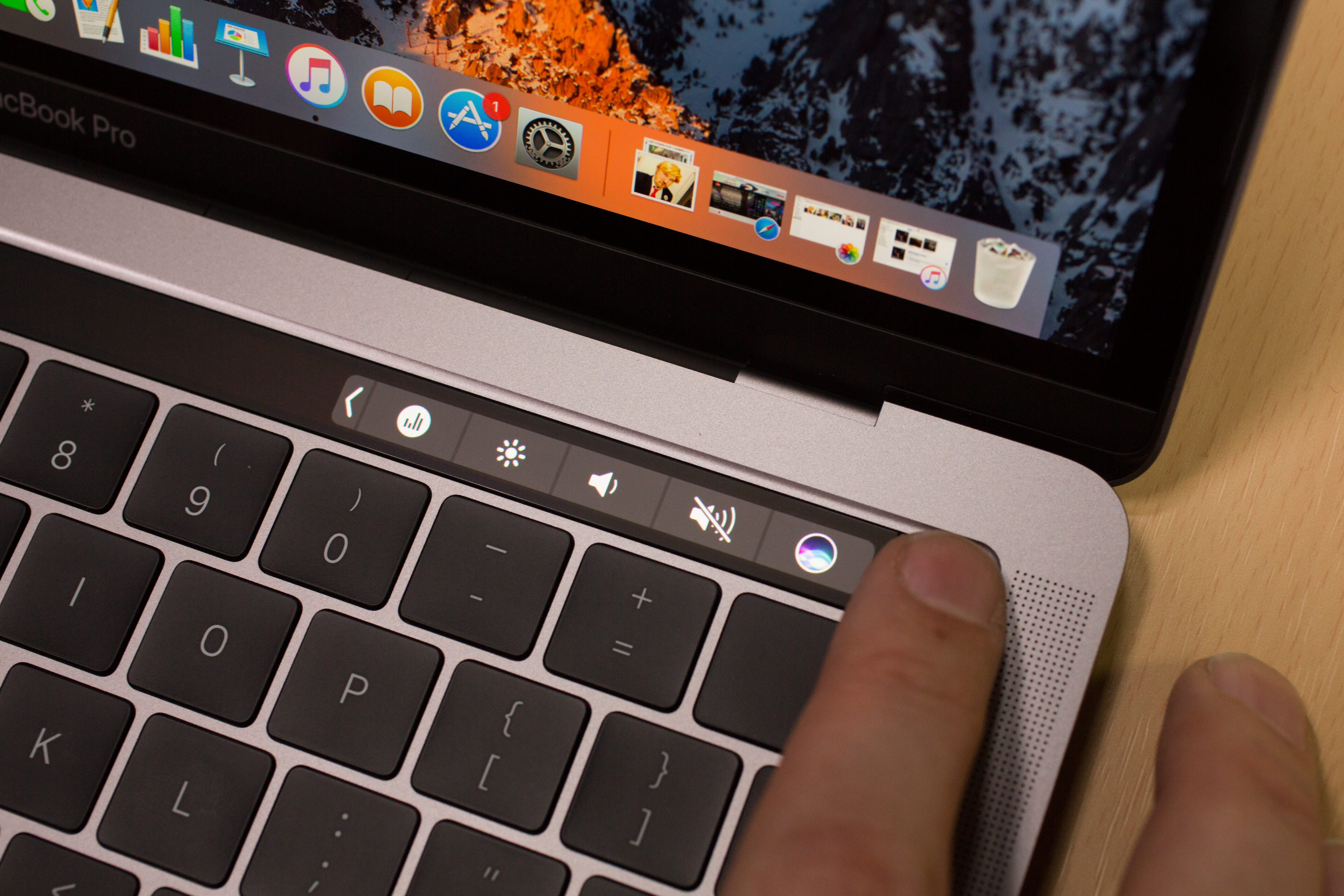 apple-macbook-pro-with-touch-bar-13-inch-2016-30.jpg