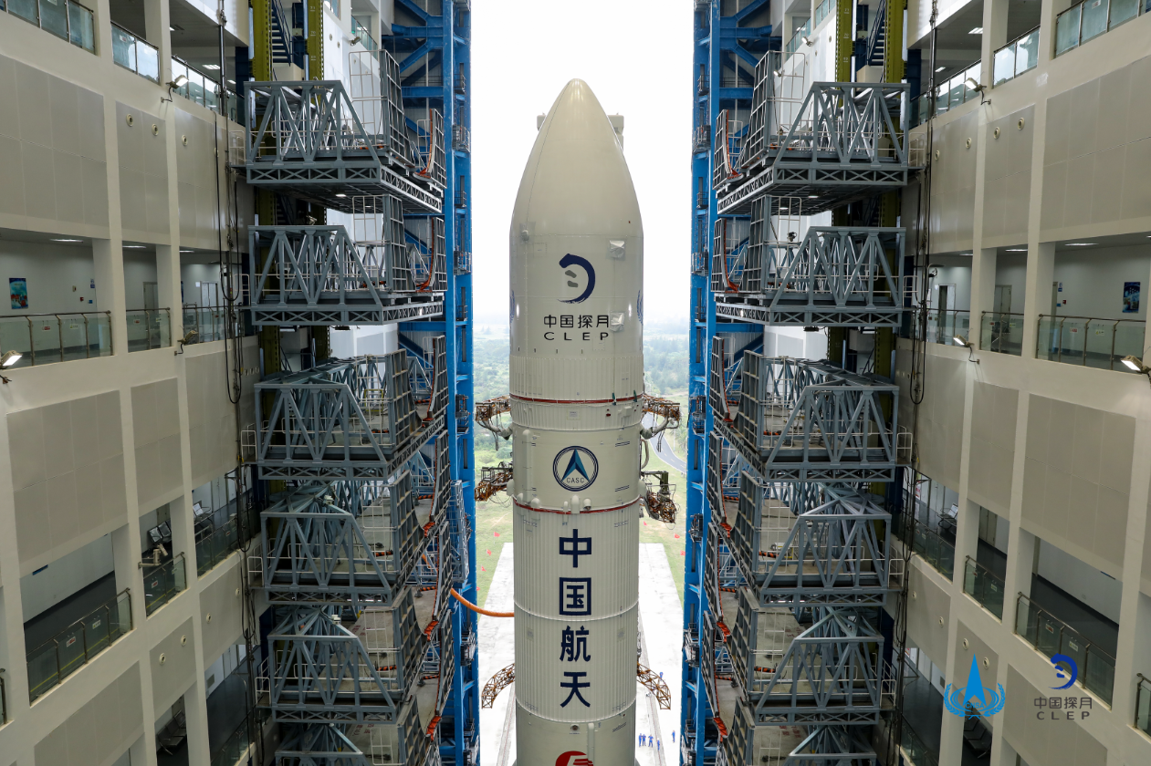 Long March rocket with Chang'e 5 lander inside