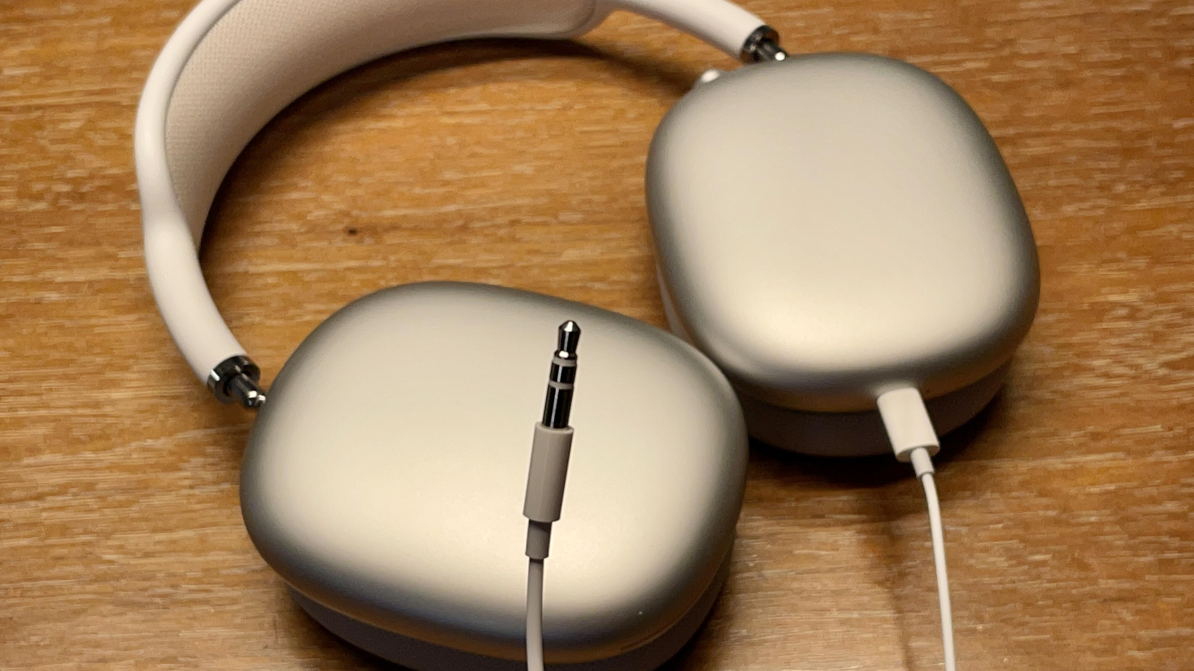 airpods-max-with-wired-cable