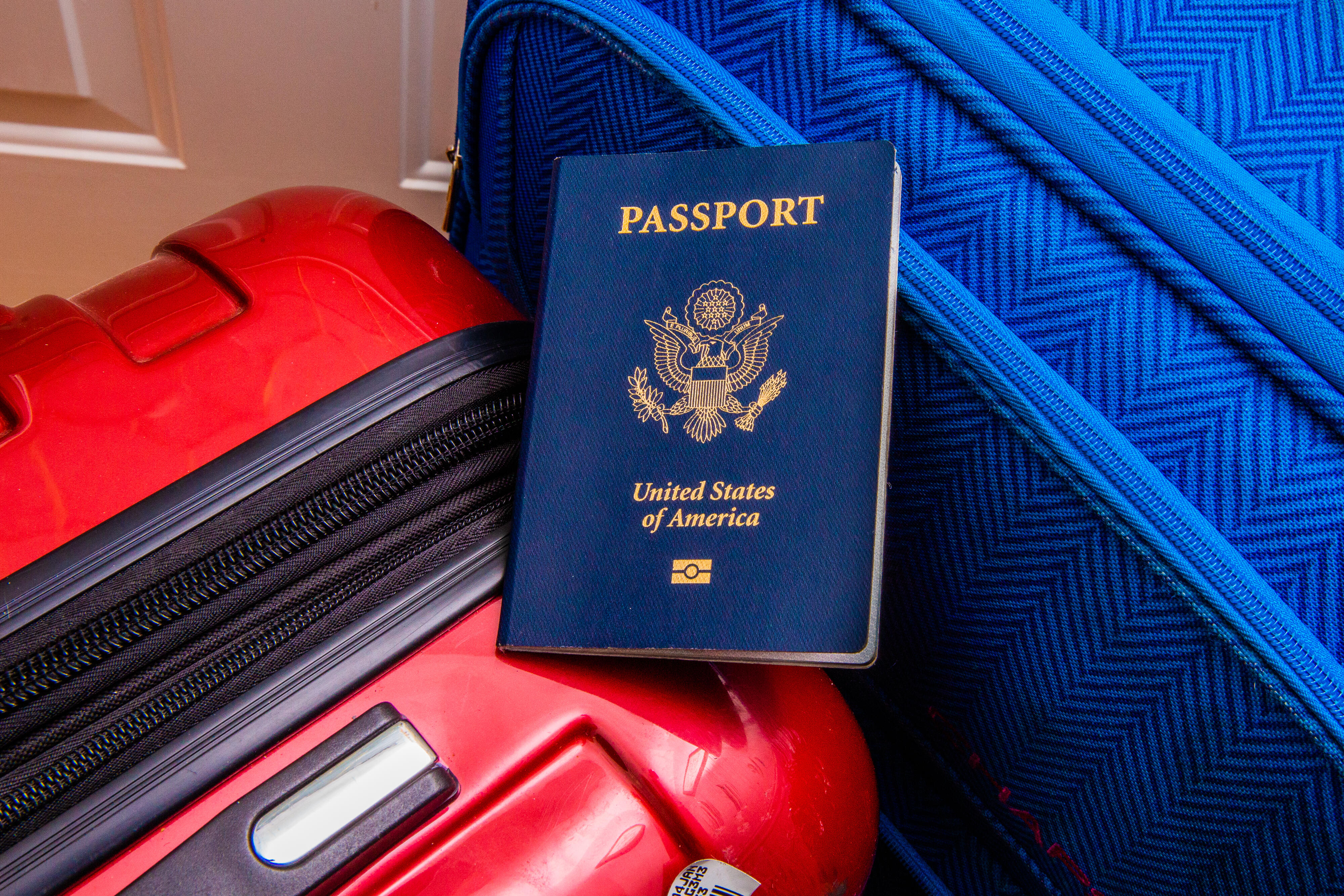 020-2021-vaccine-passport-travel-suitcase-flying-airline-requirements-app