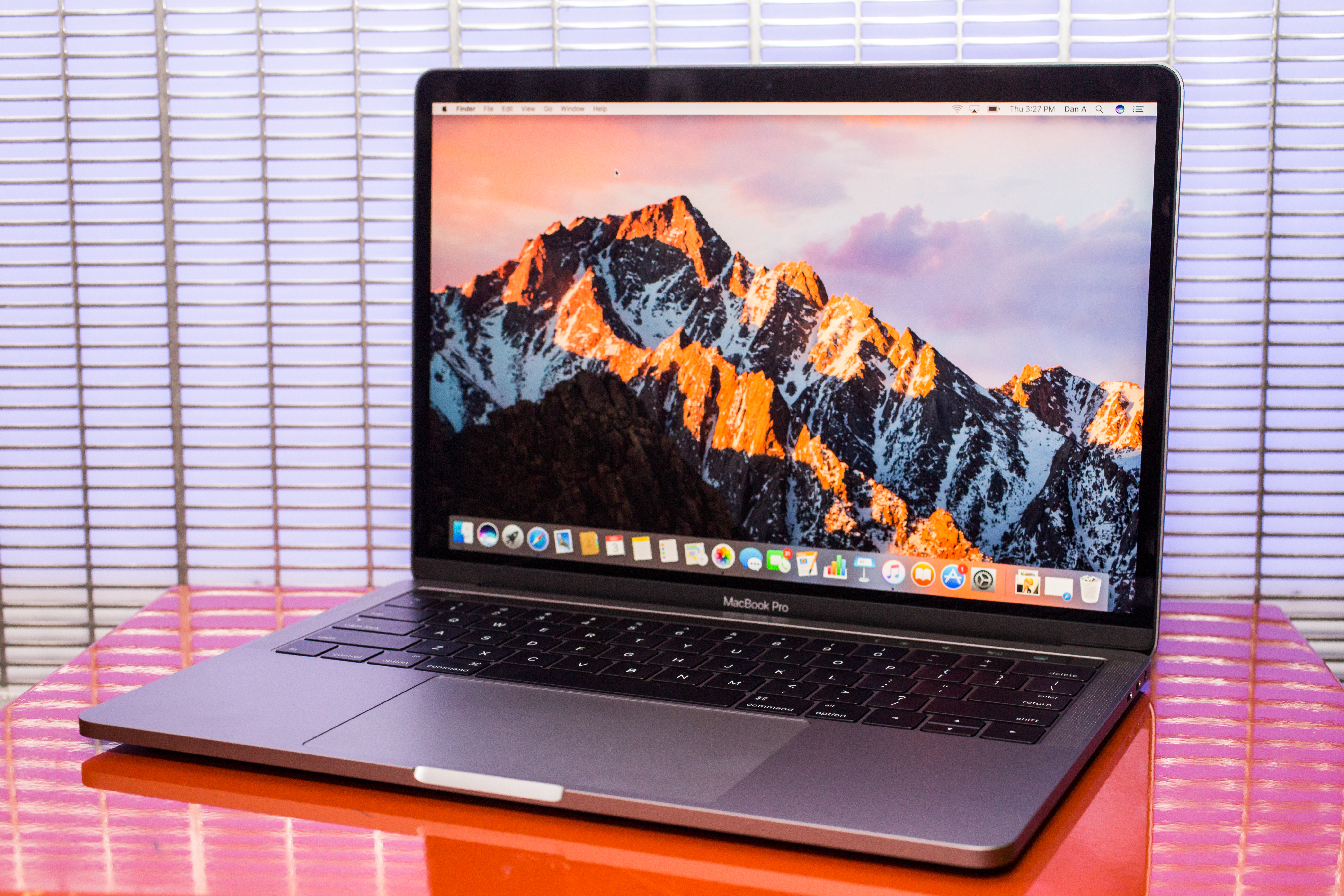 apple-macbook-pro-with-touch-bar-13-inch-2016-36.jpg