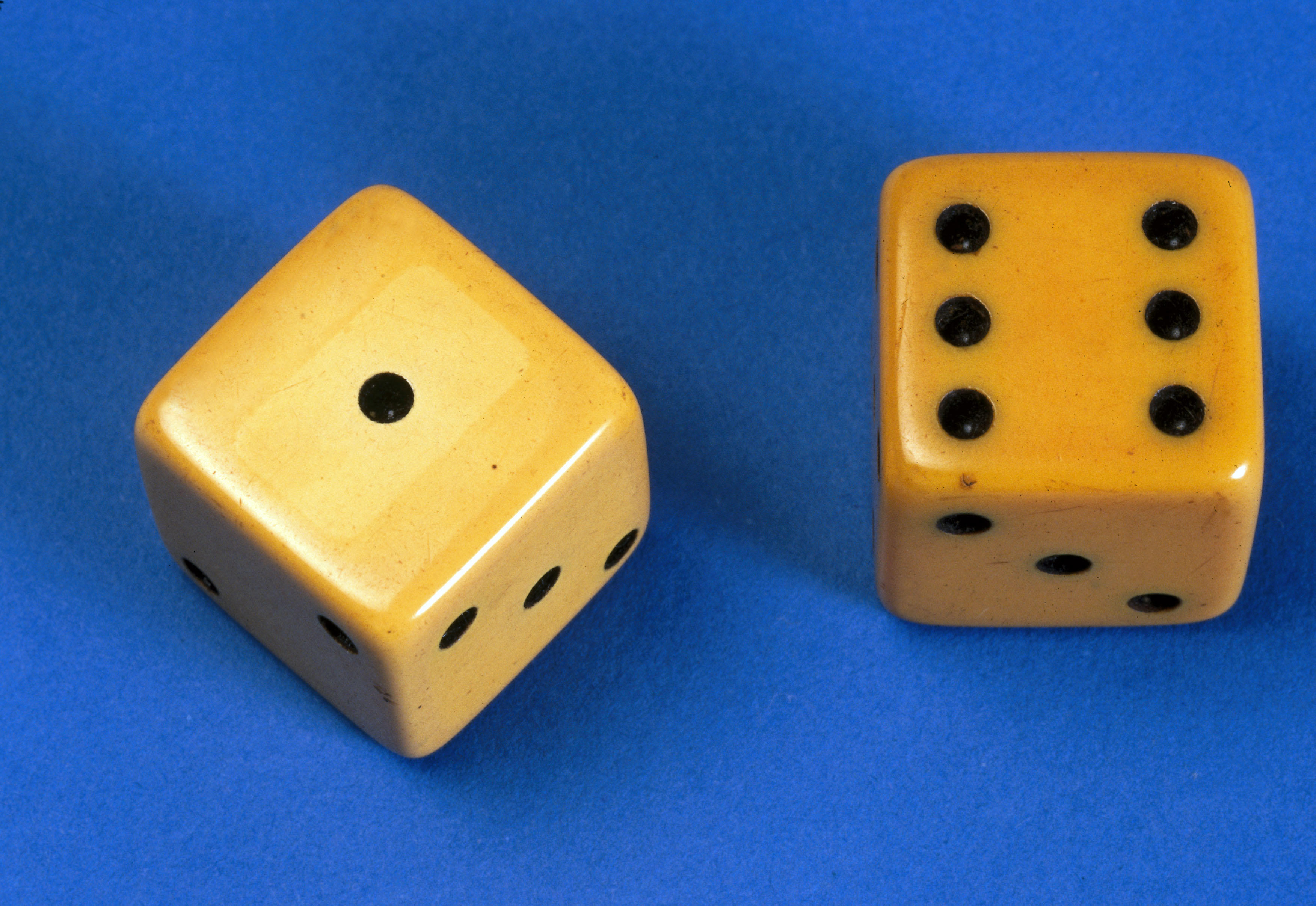 A pair of dice made in imitation ivory celluloid, early 20th century.