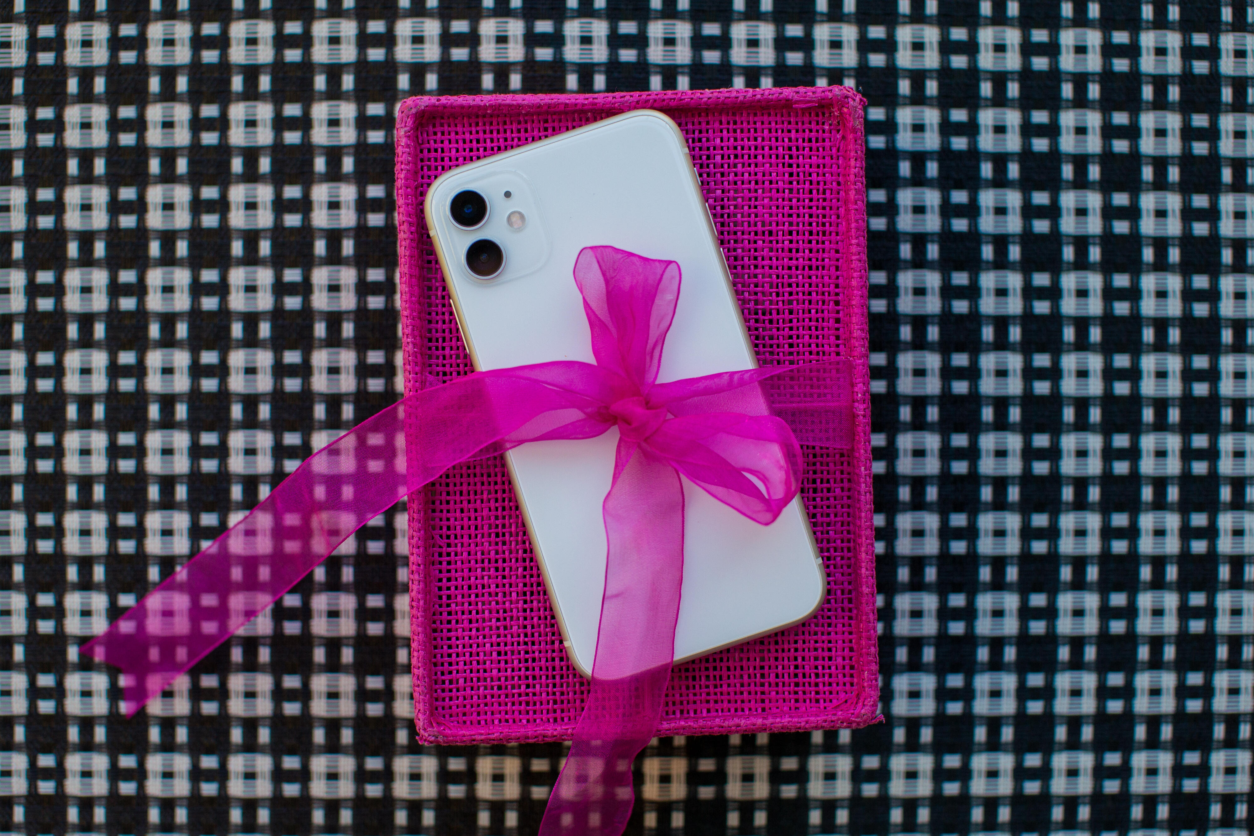 apple-iphone-gift-wrapping-bow-9091