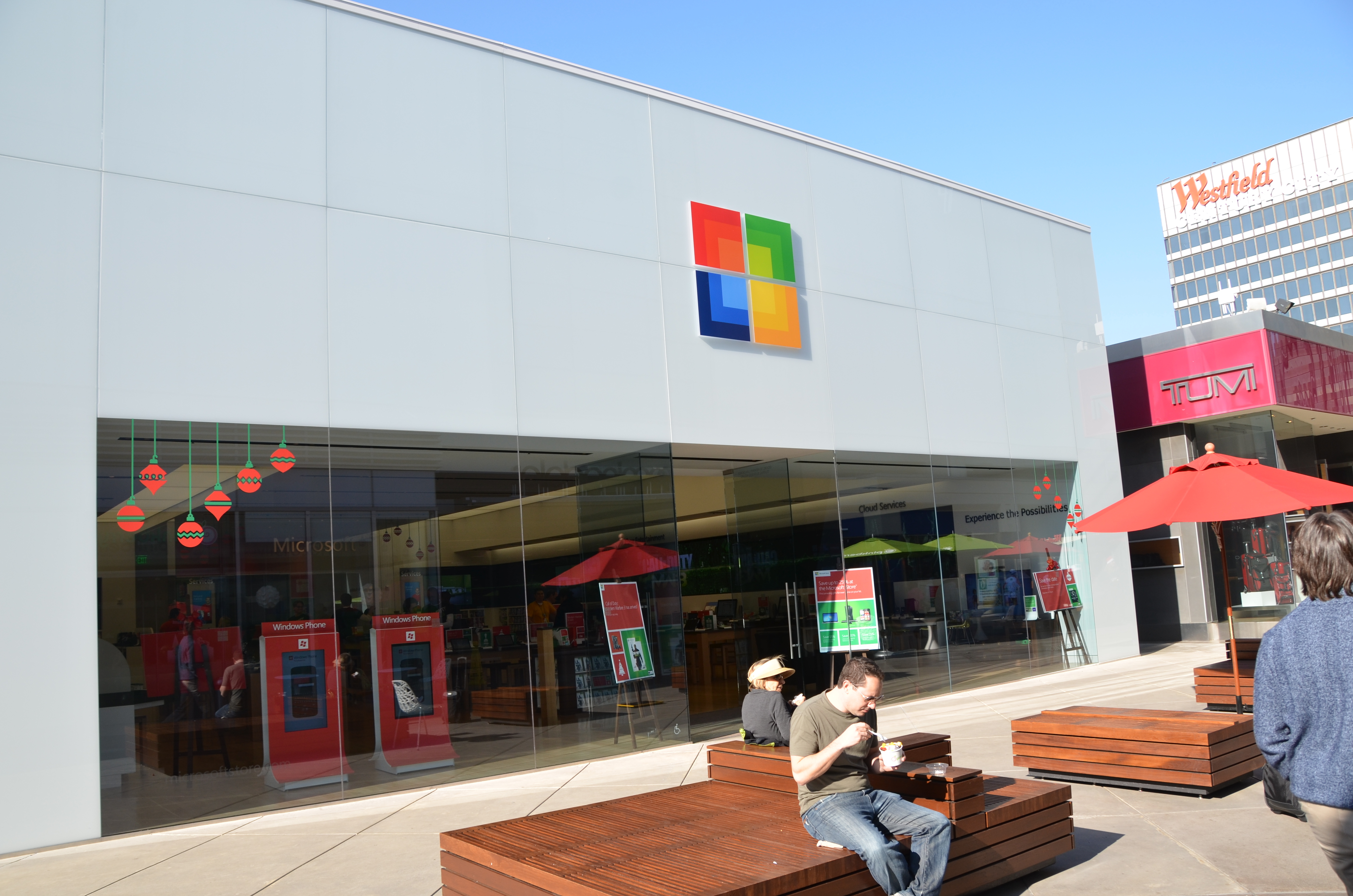 Microsoft, Sony and Apple wage retail fight in L.A.