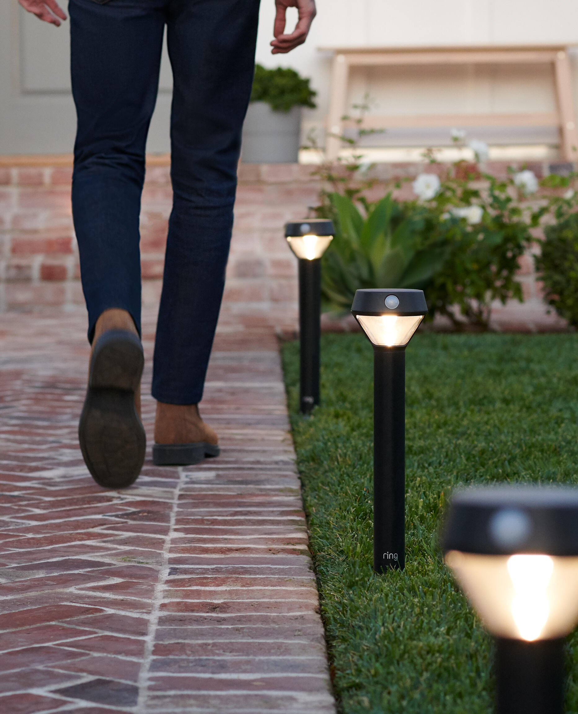 2019-lifestyle-insitu-smartlighting-pathlightsolar-manonbrickpathway
