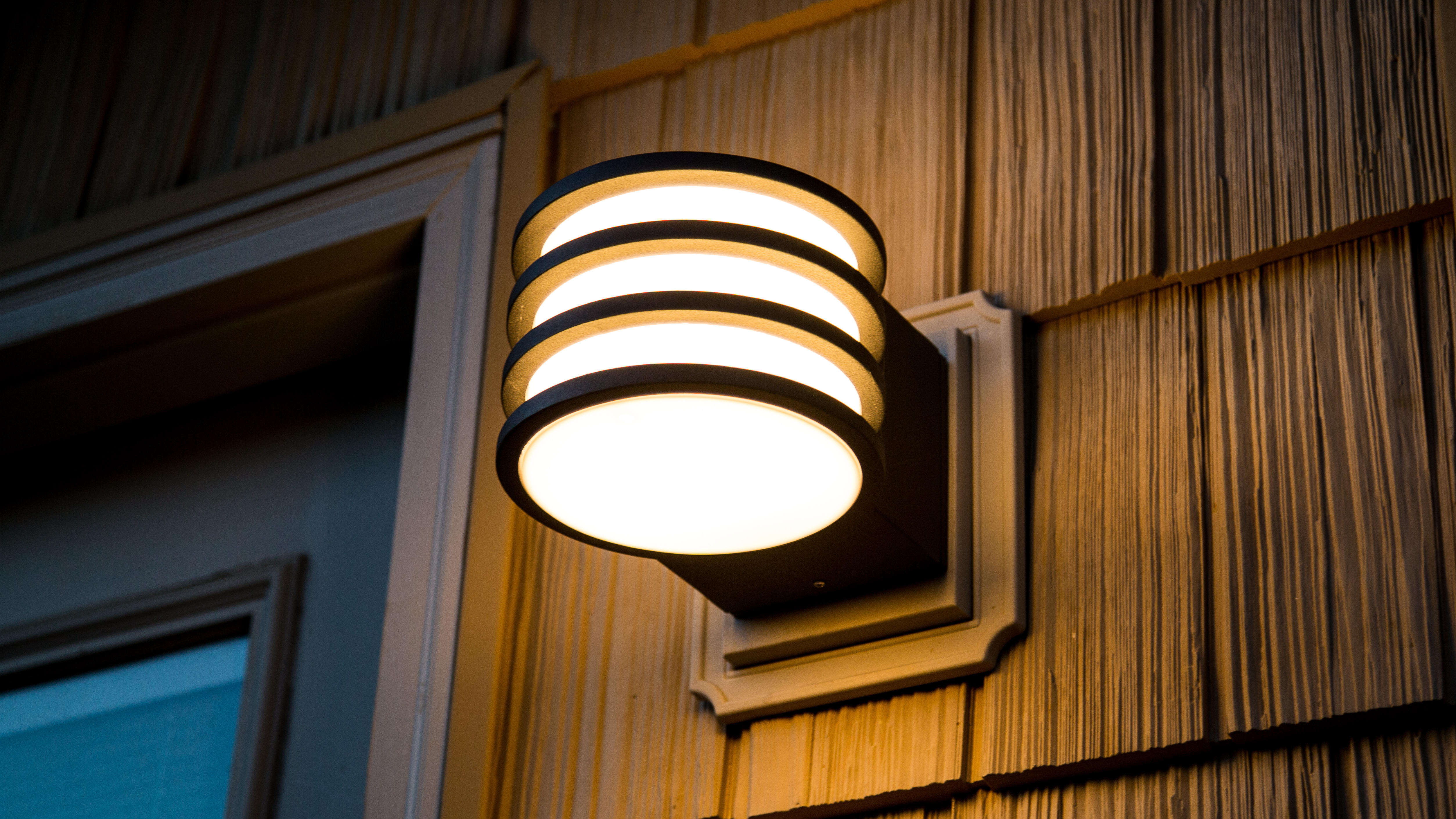 philips-hue-lucca-outdoor-wall-lantern