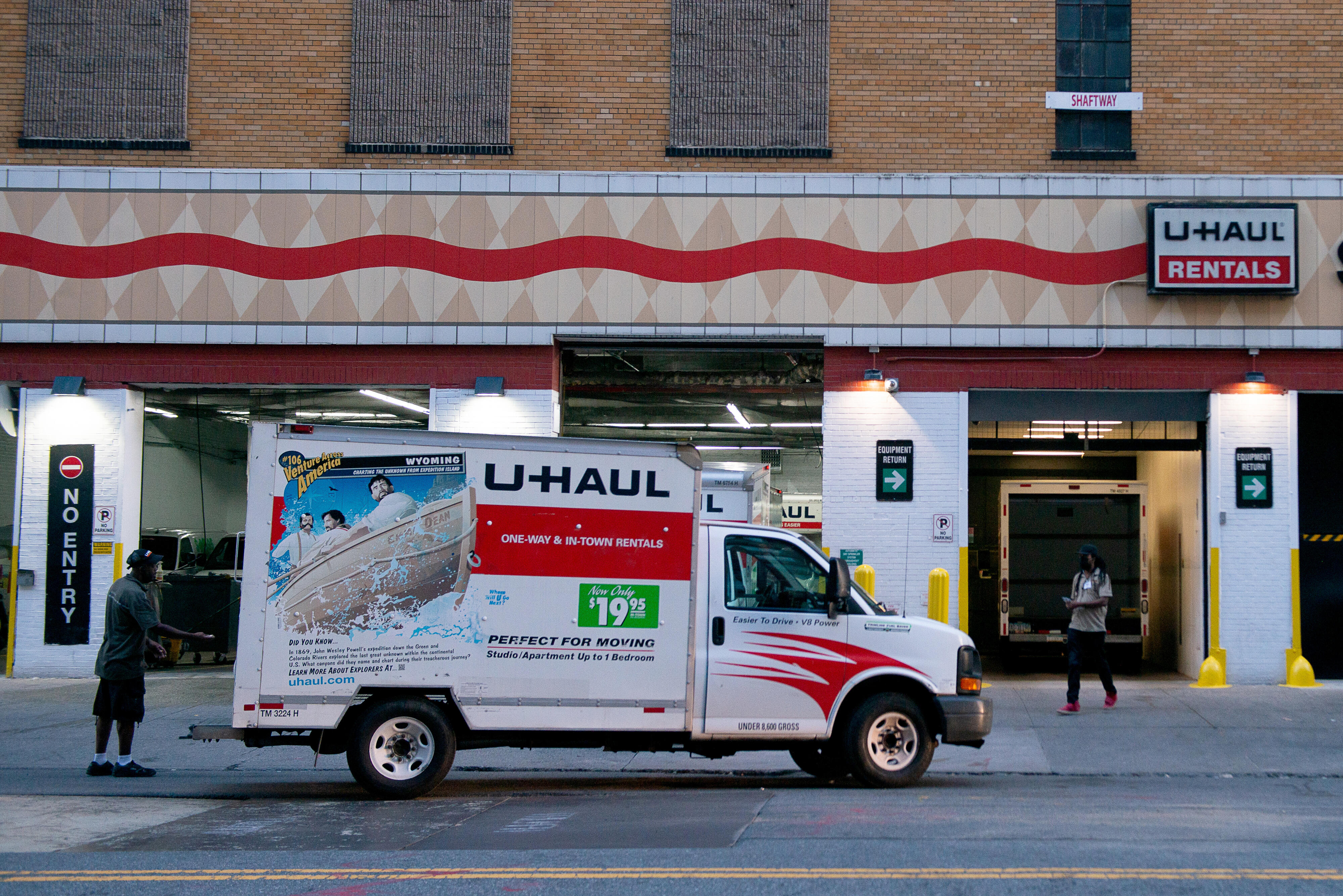 007-moving-truck-gettyimages-1263272824