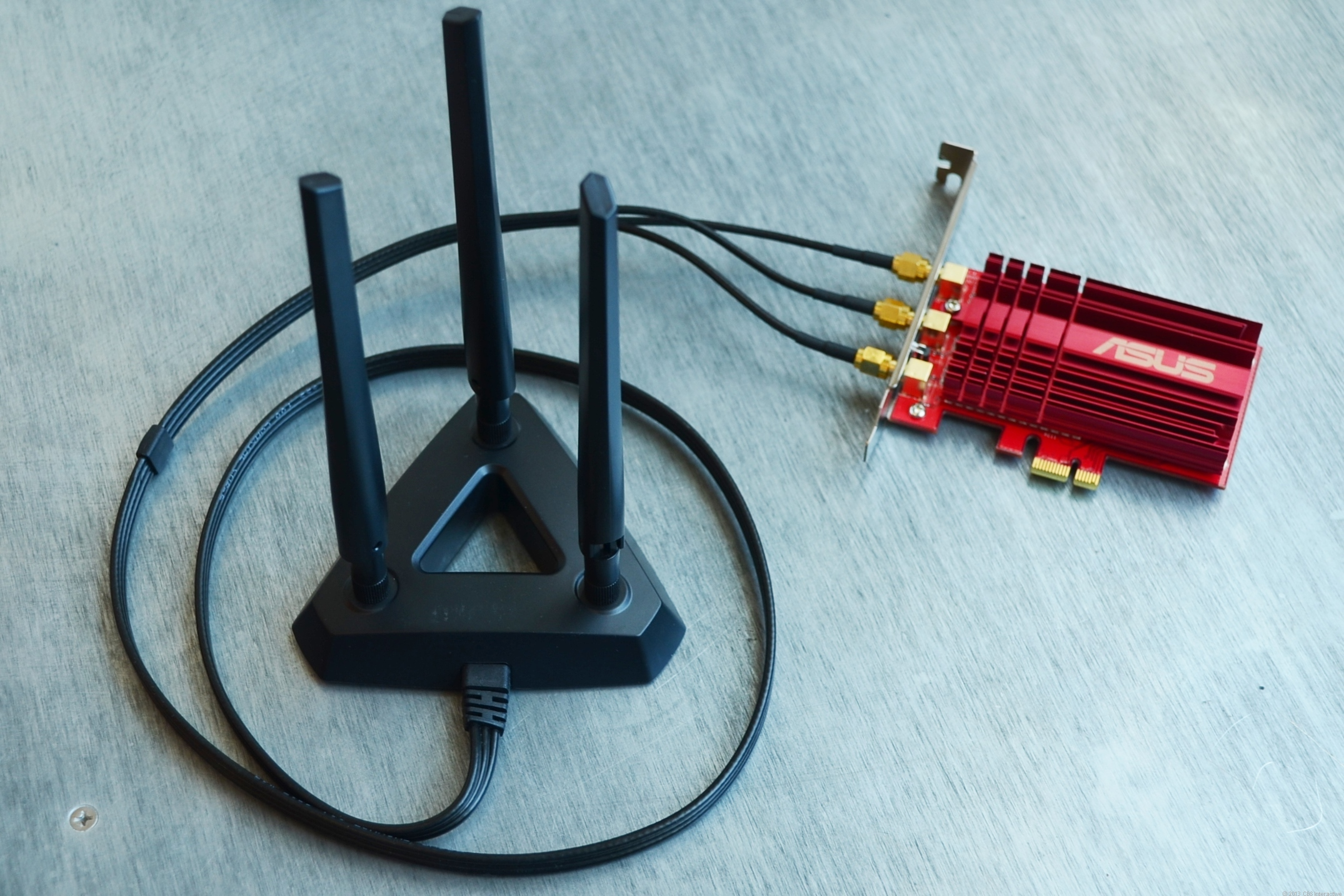 The included magnetic antenna base helps extend the range and makes the positioning of the antennae flexible.