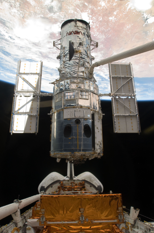 Lifting Hubble from cargo bay