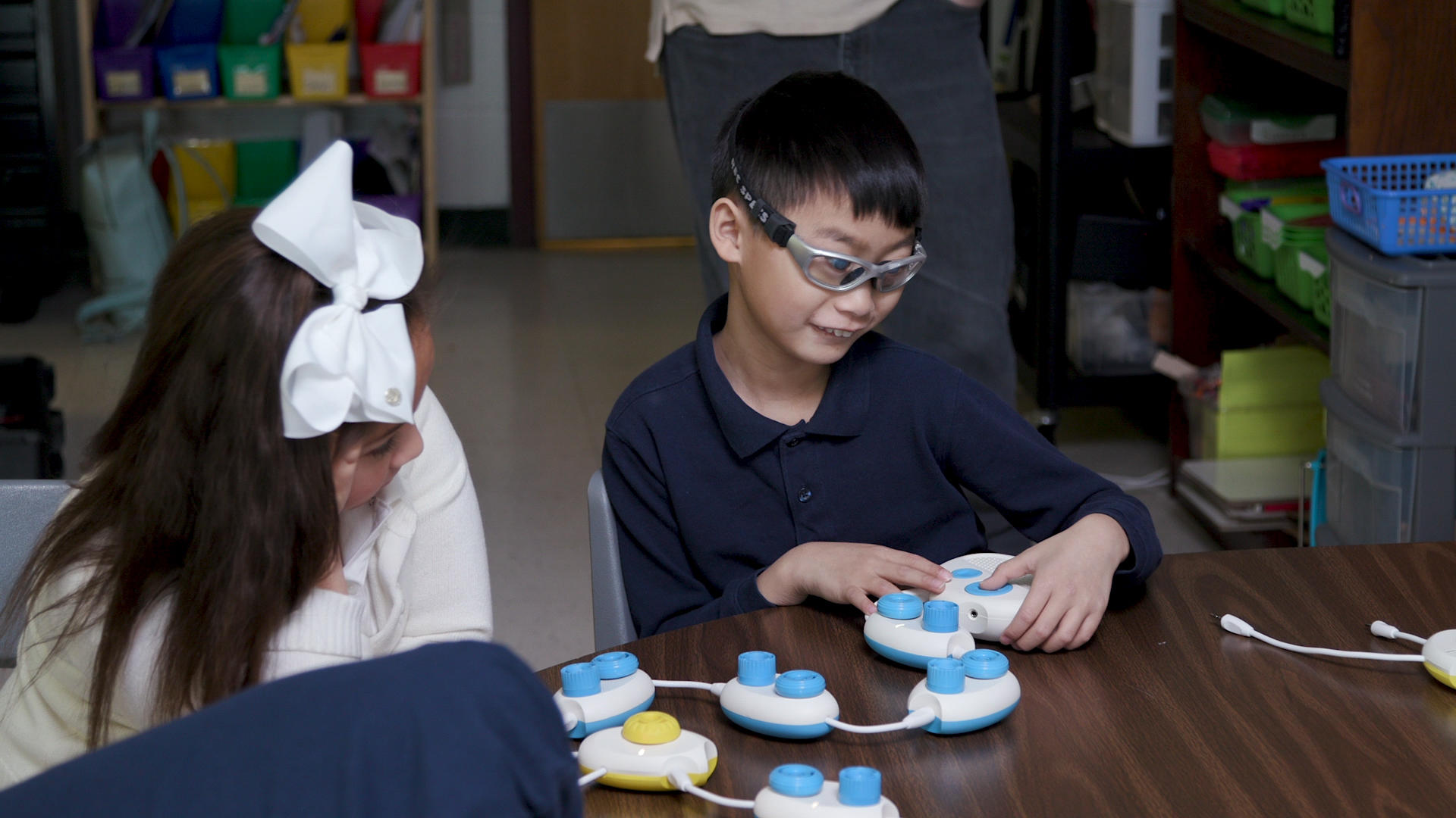 Video: Microsoft tech teaches children who are blind how to code